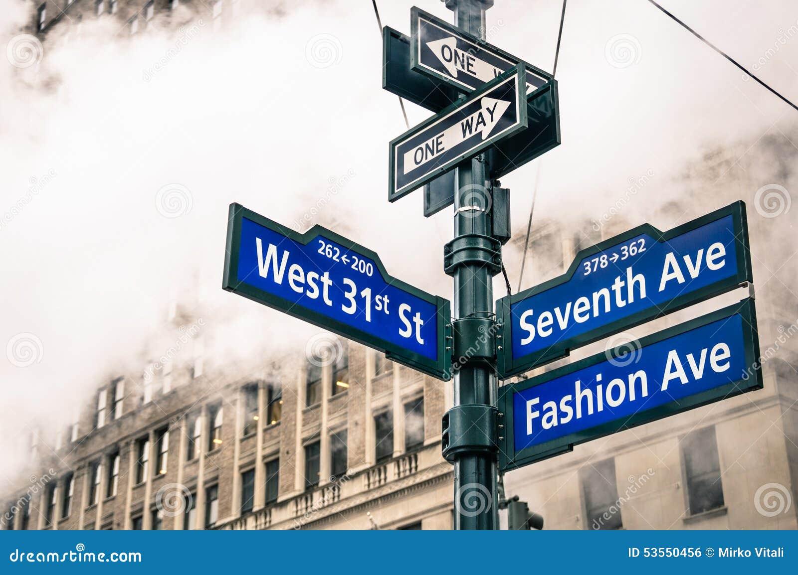 Moderne stedelijke straatteken en dampstoom in de Stad van New York