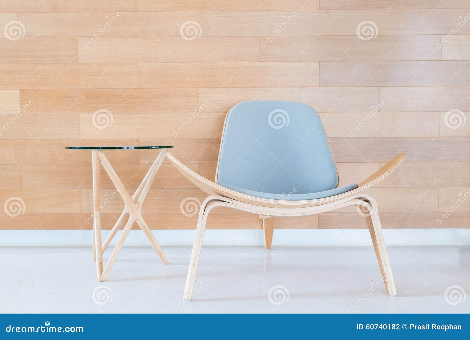 Moderne stoel en lijst met houten muur in woonkamer stock foto afbeelding 60740182 - Smeedijzeren stoel en houten ...