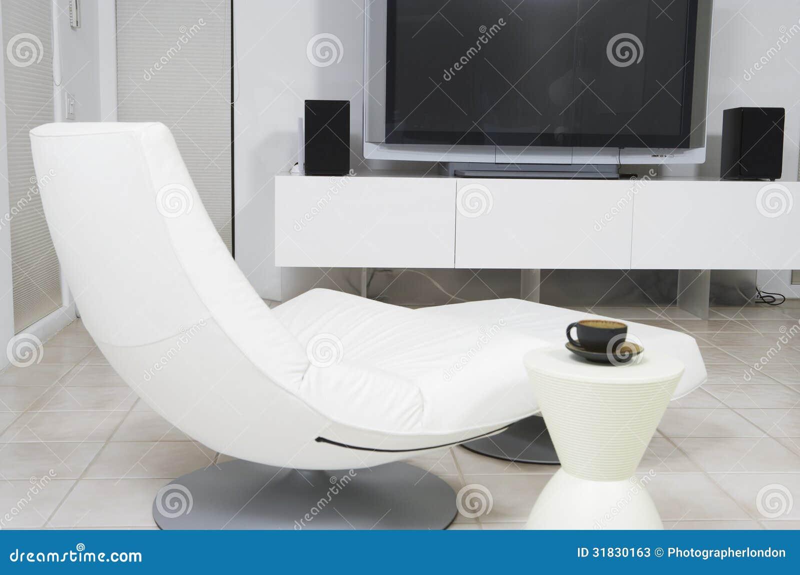 Moderne stoel en vlakke het schermtelevisie in woonkamer for Stoel woonkamer
