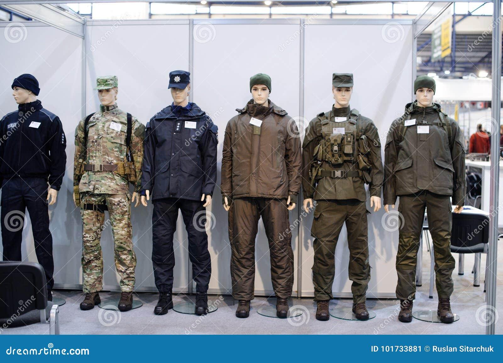 Moderne Taktische Militärische Ausrüstung Und Waffen Zeigten An Der ...