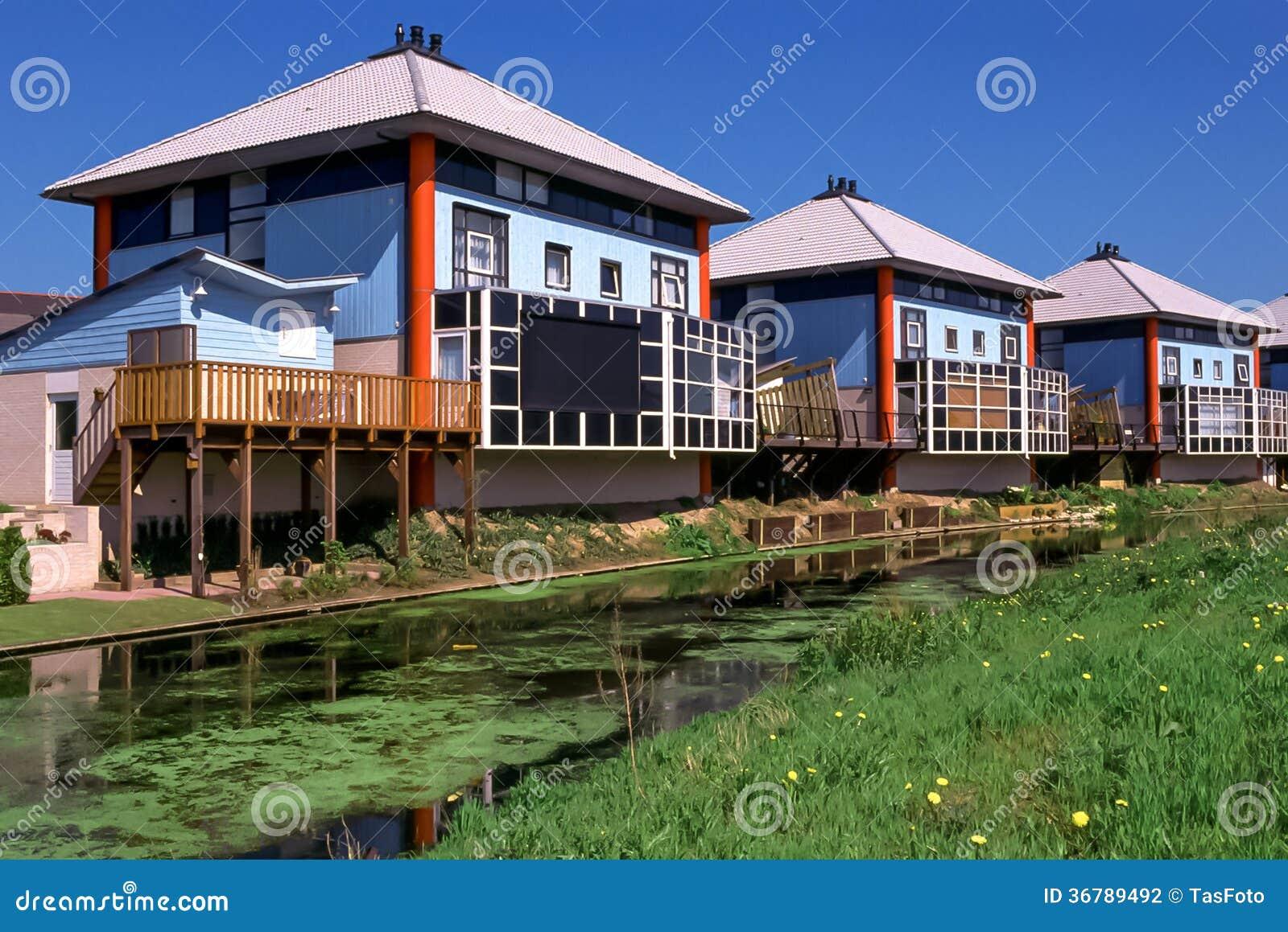 Moderne terrasvormige huizen in nederland redactionele fotografie afbeelding 36789492 for Afbeelding van moderne huizen