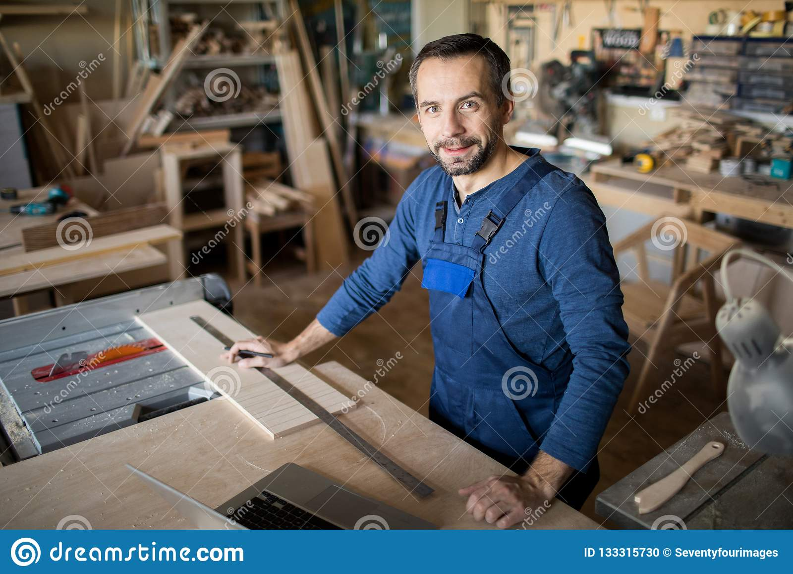 Moderne Timmerman Posing op het Werk