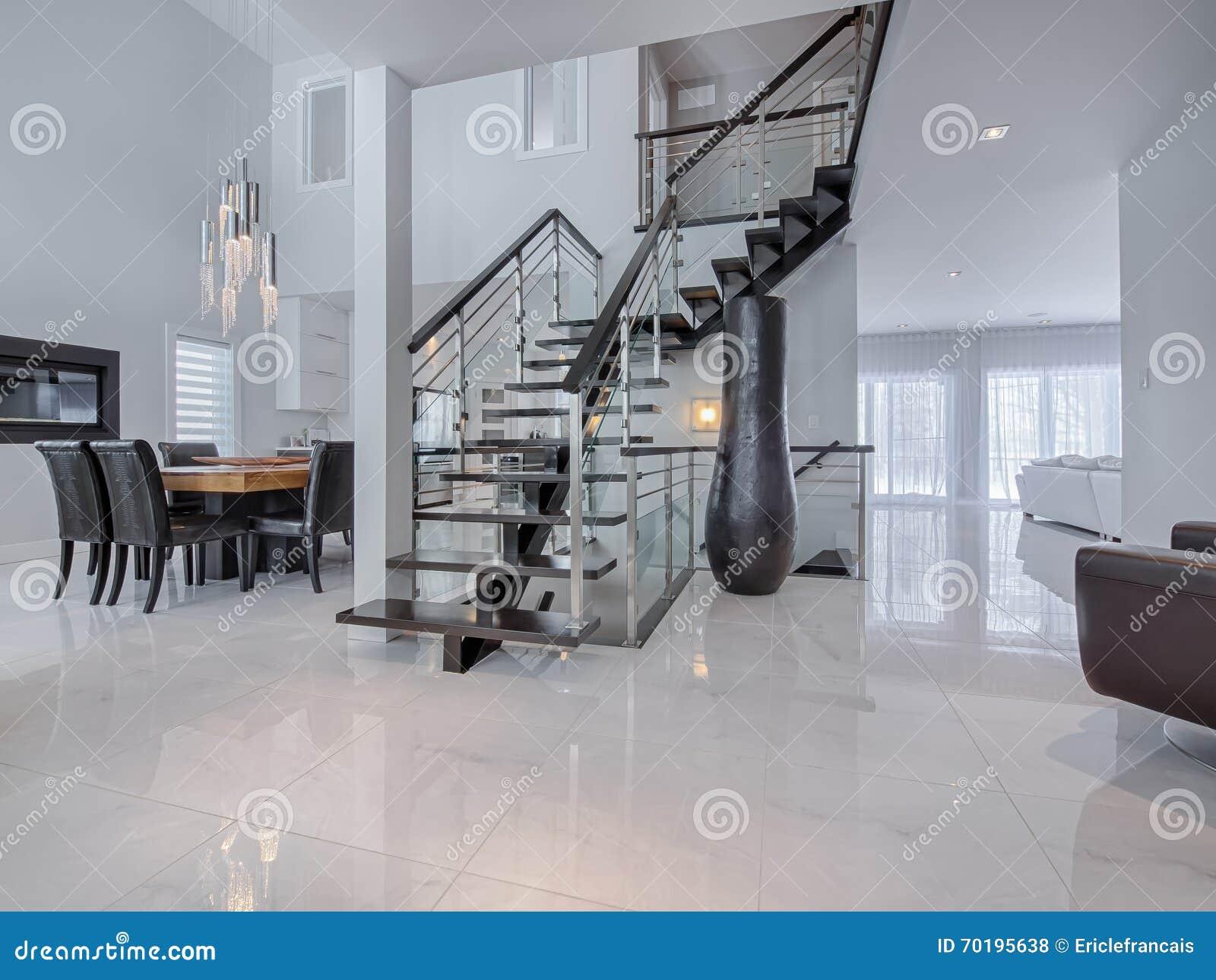 Moderne treppe auf marmorböden im haus stockfoto   bild: 70195638