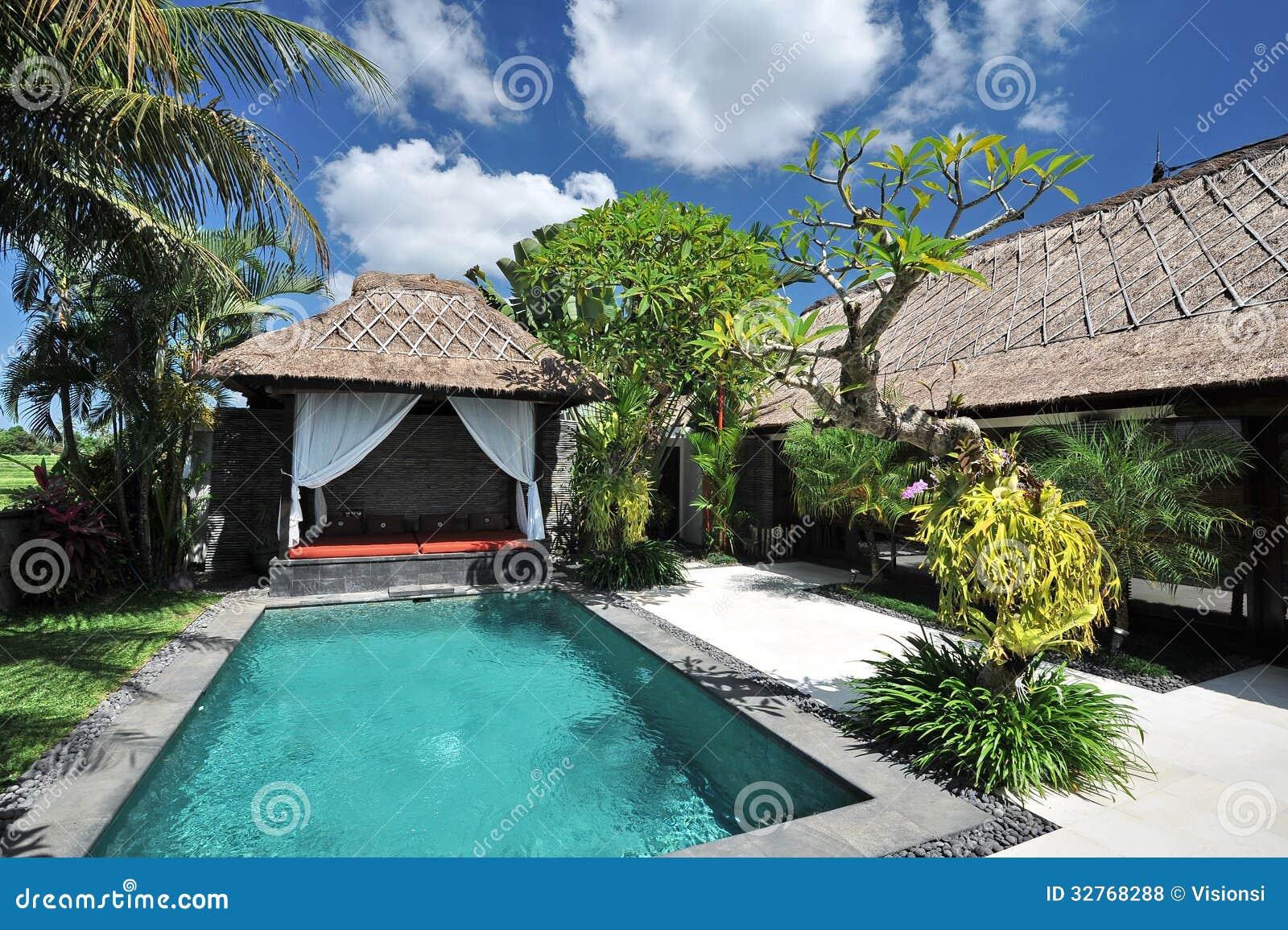 Moderne tropische villa met zwembad stock foto for Luxe villa met zwembad