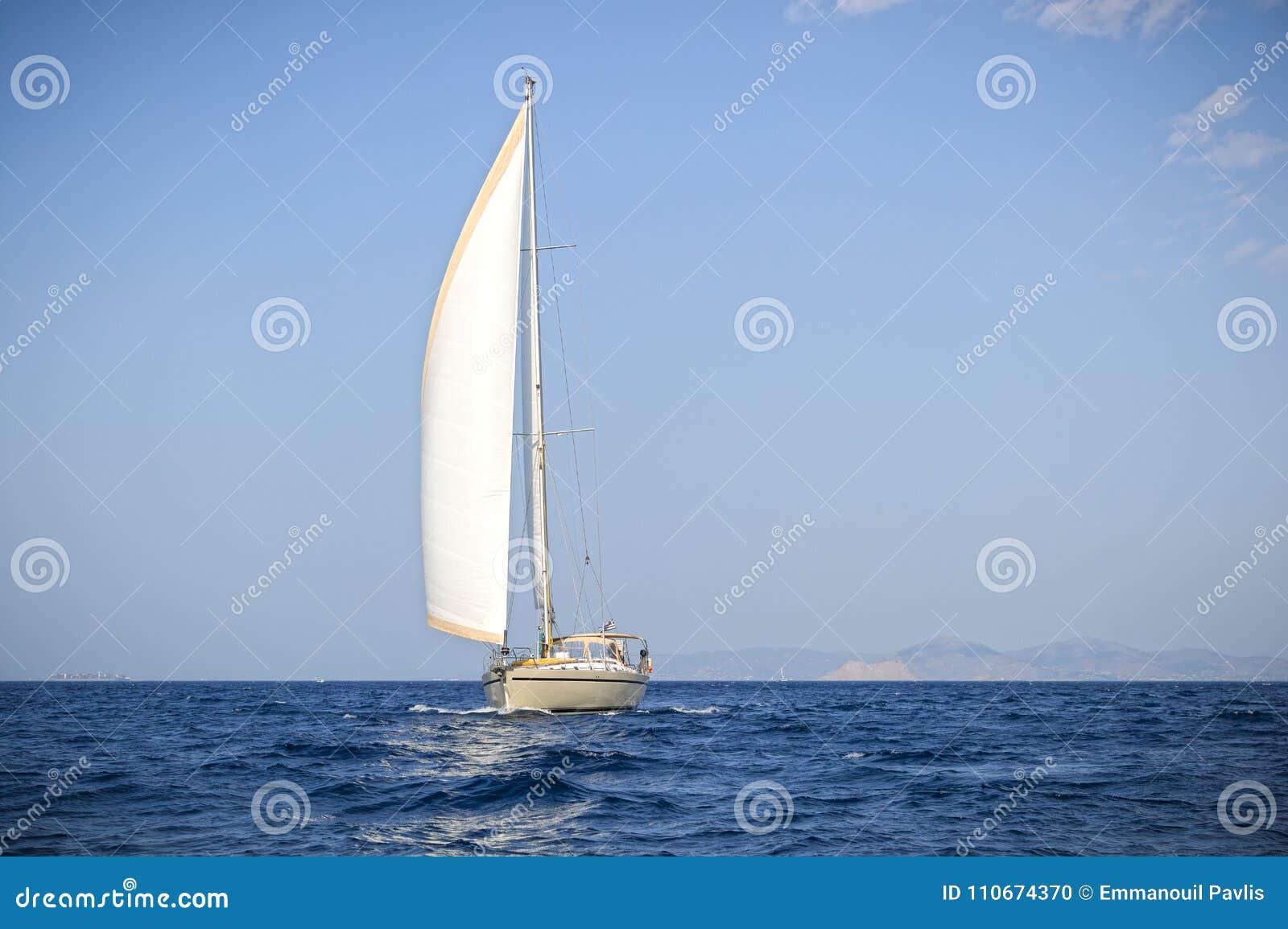 Moderne varende boot bij het Egeïsche overzees