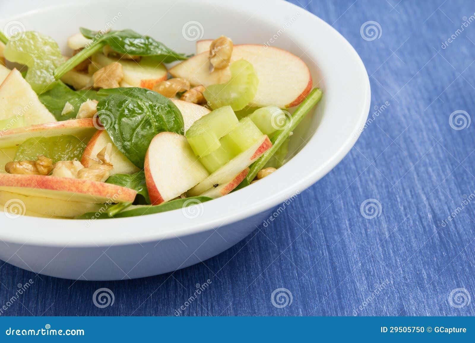 Moderne variatie van waldorfsalade