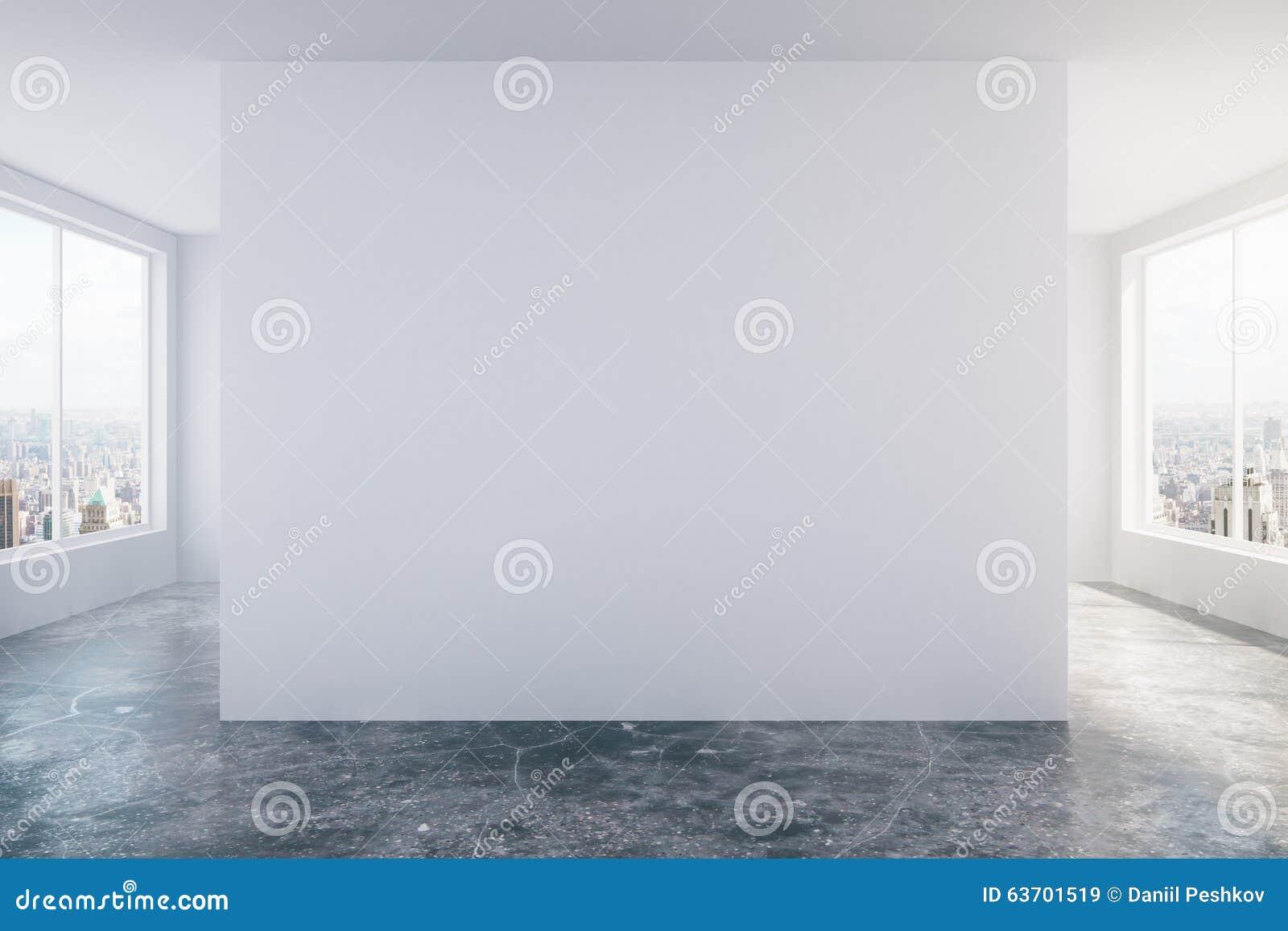 Moderne videz la pièce de grenier avec le mur blanc, le plancher en béton et le grand W