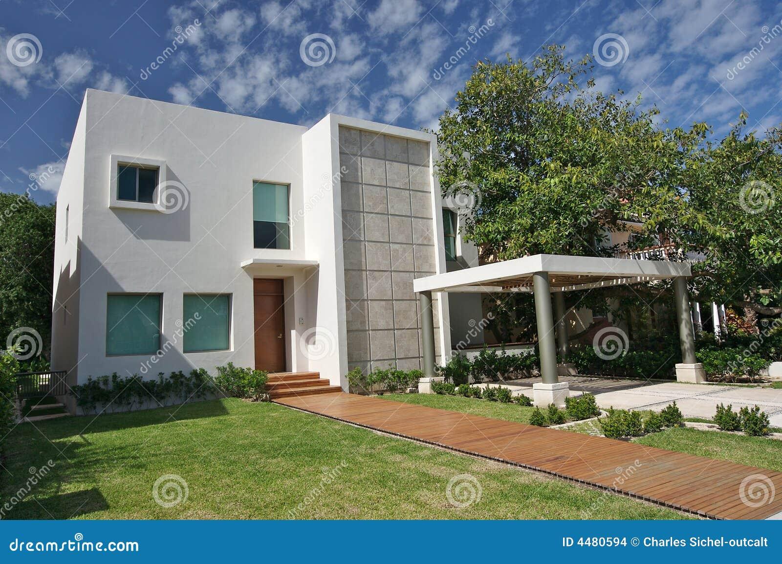 Moderne villa stock foto afbeelding bestaande uit openlucht 4480594 - Foto gevel moderne villa ...