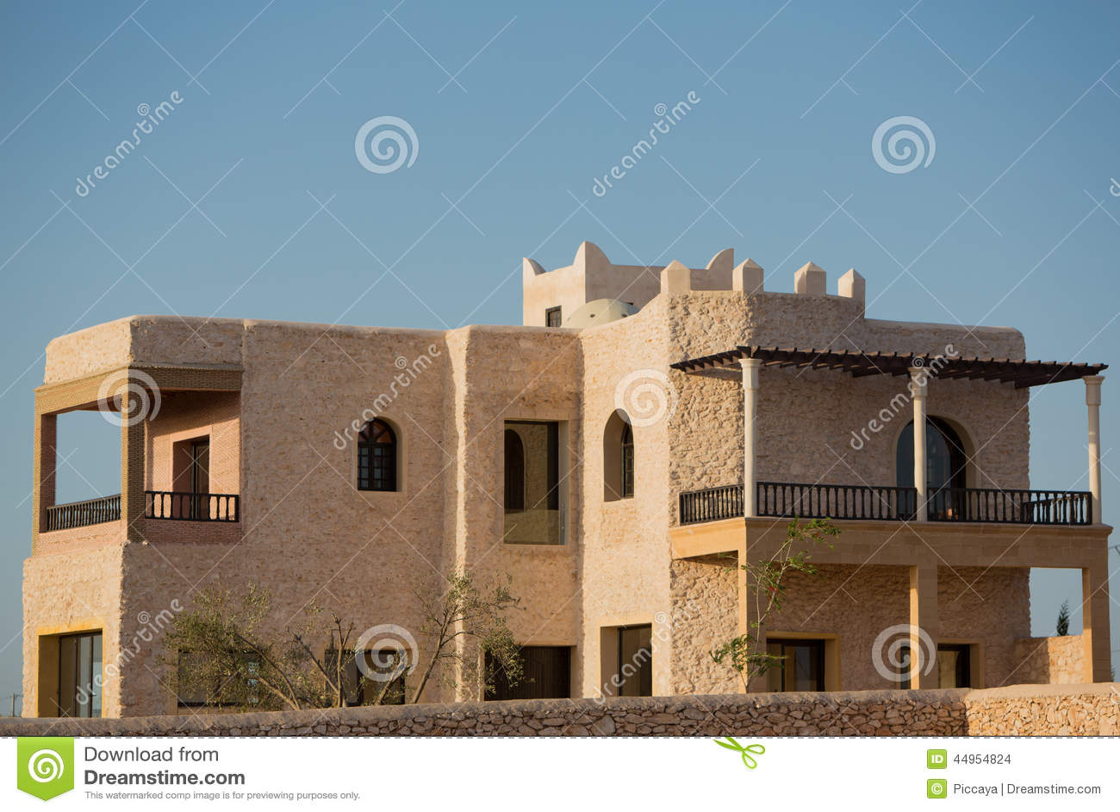 Moderne villa in essaouira bij zonsondergang stock foto afbeelding 44954824 - Foto gevel moderne villa ...