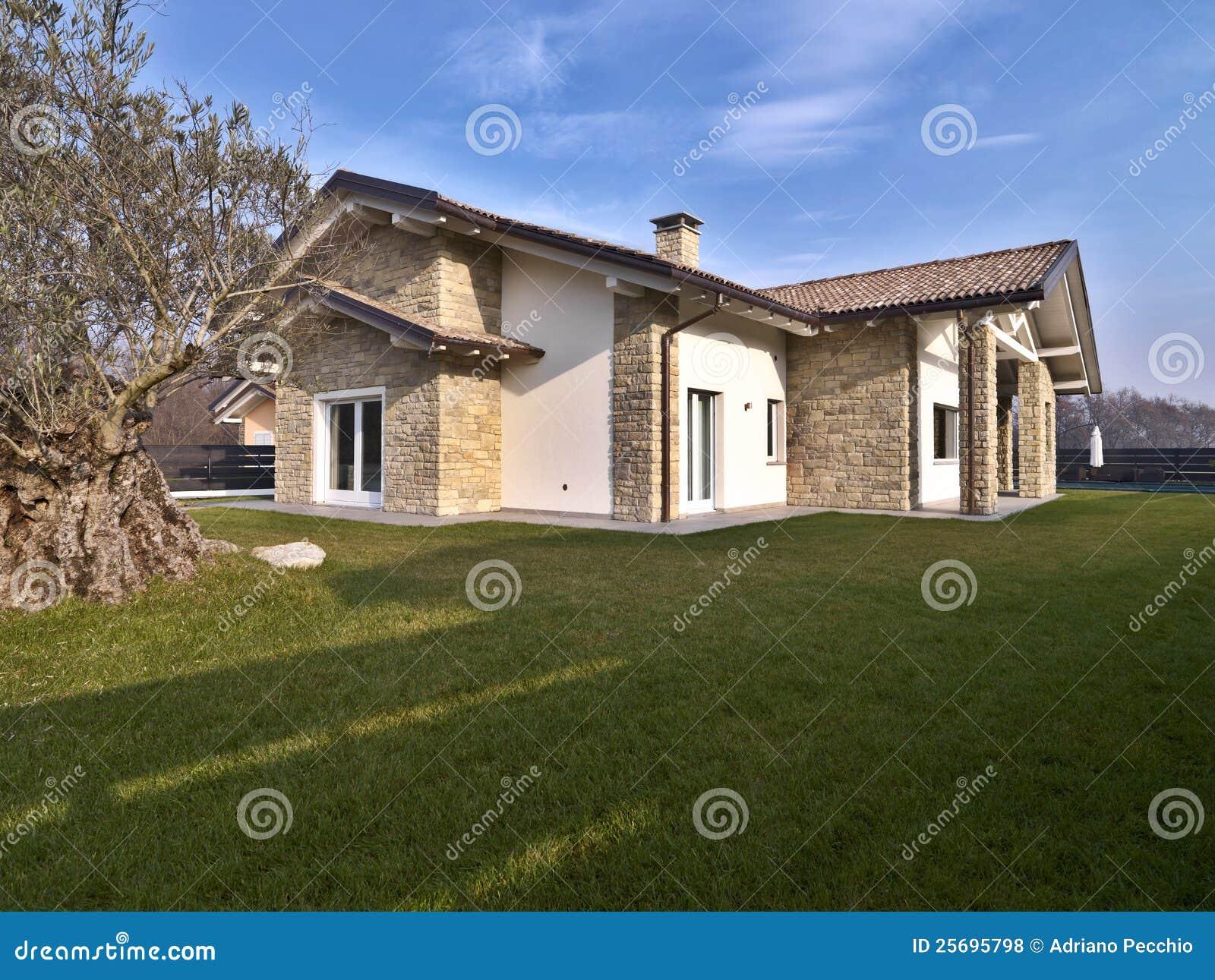 Moderne villa met steenmuren stock foto afbeelding 25695798 - Foto moderne villa ...