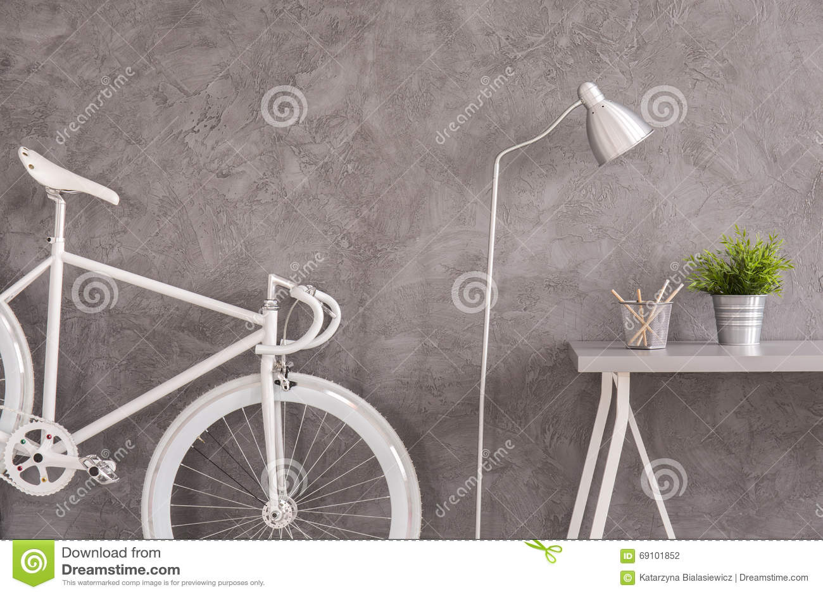 moderne vlakte met fiets als decoratie stock foto