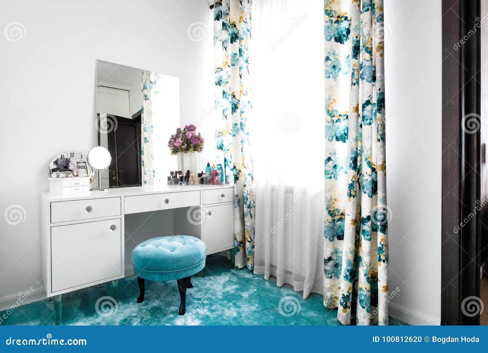 Moderne toilette interieur mit marmorboden und wände und zwei wand