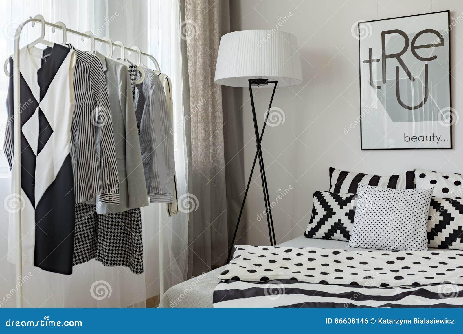 Moderne vrouwen` s slaapkamer stock foto afbeelding bestaande