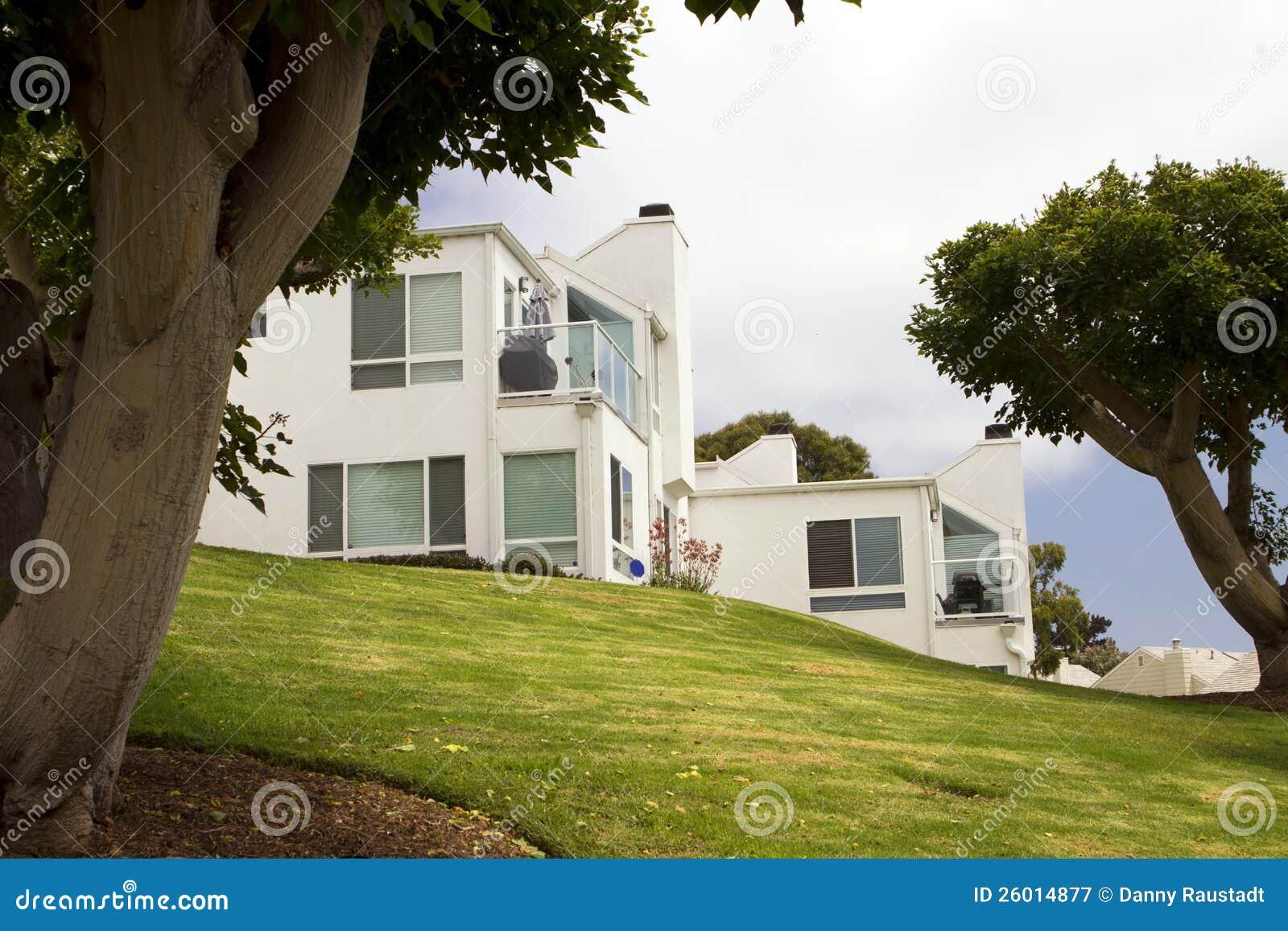 Moderne Weiße Häuser Auf Einem Hügel In Kalifornien Stockbild - Bild ...
