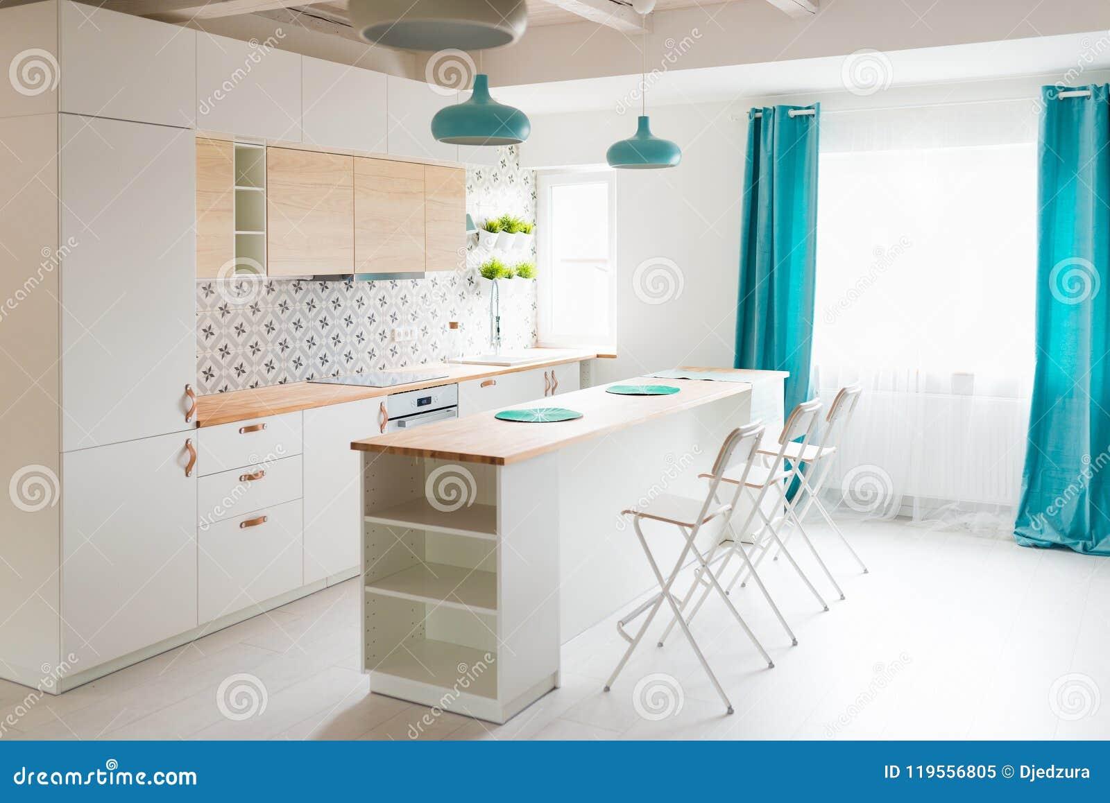 Moderne Weisse Kuchenschranke Mit Induktionskochfeld Stockbild