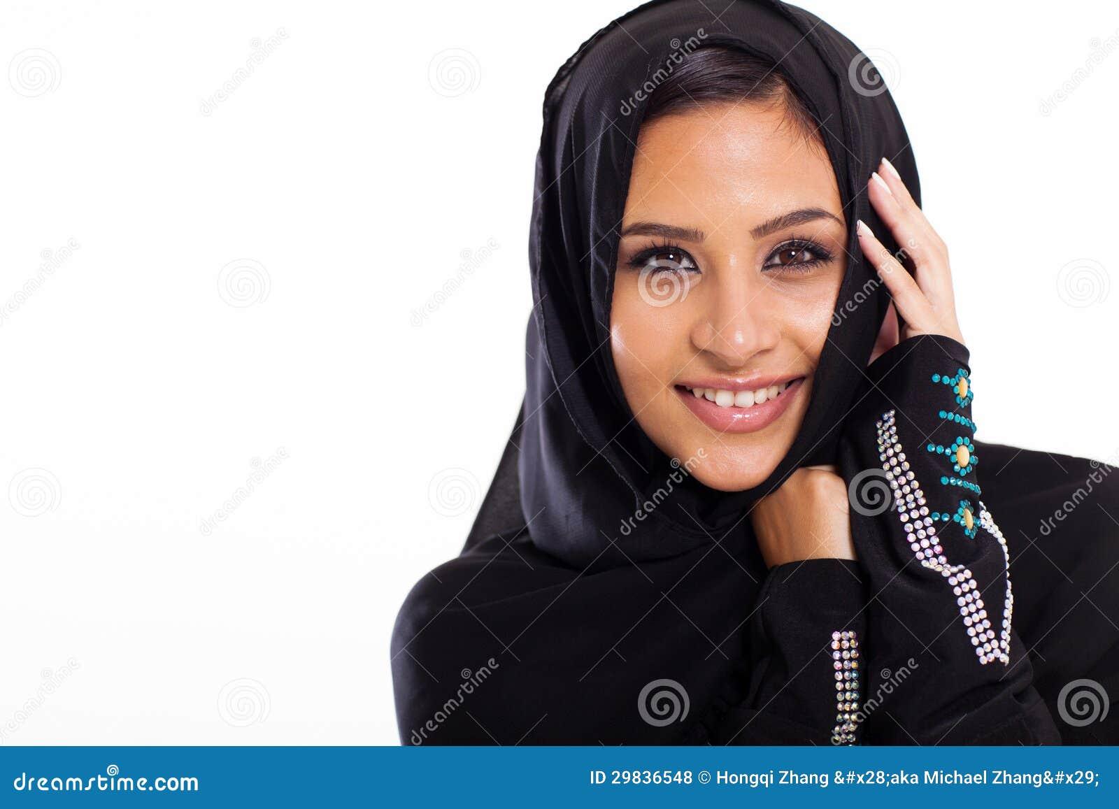 Moderne weibliche arabische schönheit auf weißem hintergrund