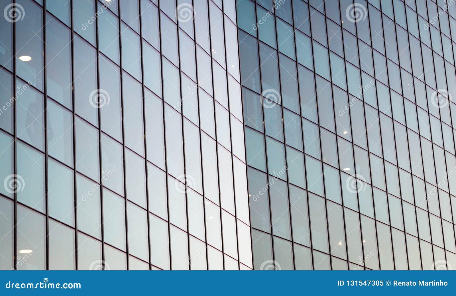 Moderne widergespiegelte errichtende Glasfassade Zeitgenössische Architektur