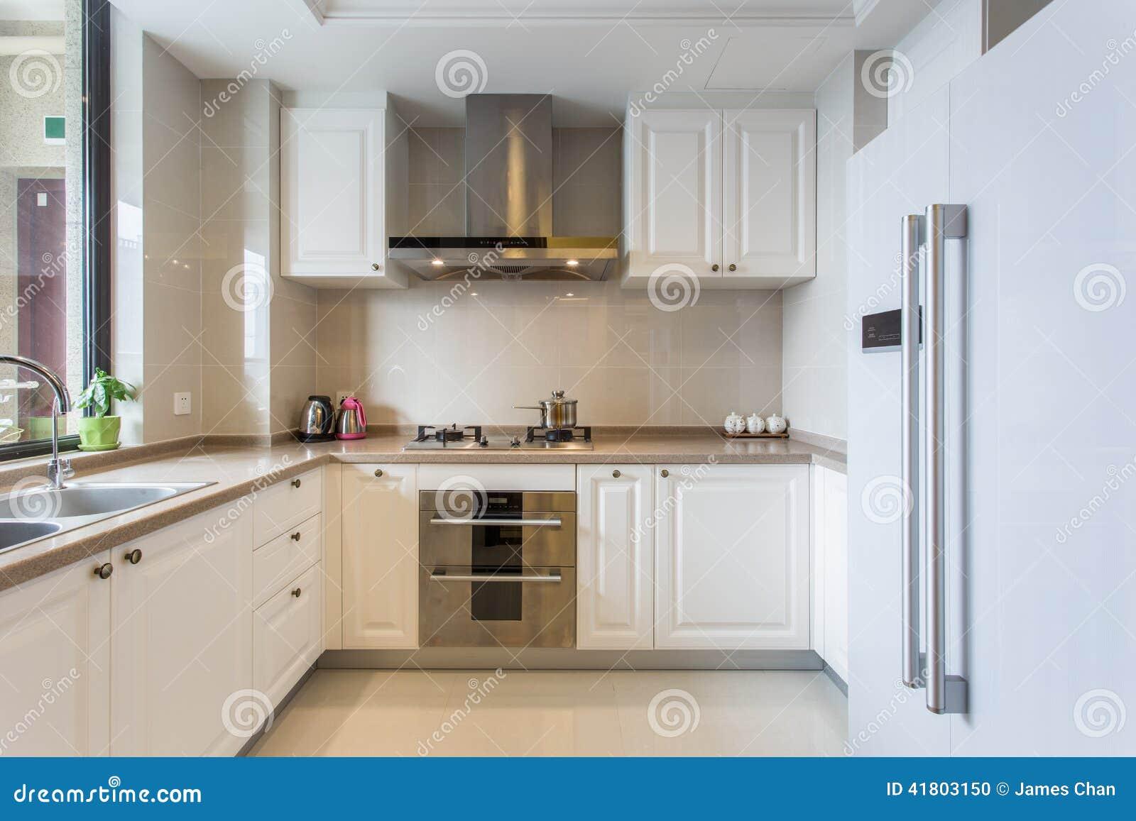 Grote Moderne Keuken : Stock Foto: Moderne witte grote keuken