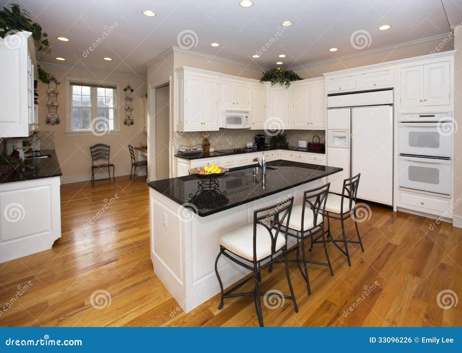 Witte Keuken Houten Vloer : heldere moderne die keuken in wit met zwarte accenten, houten vloer