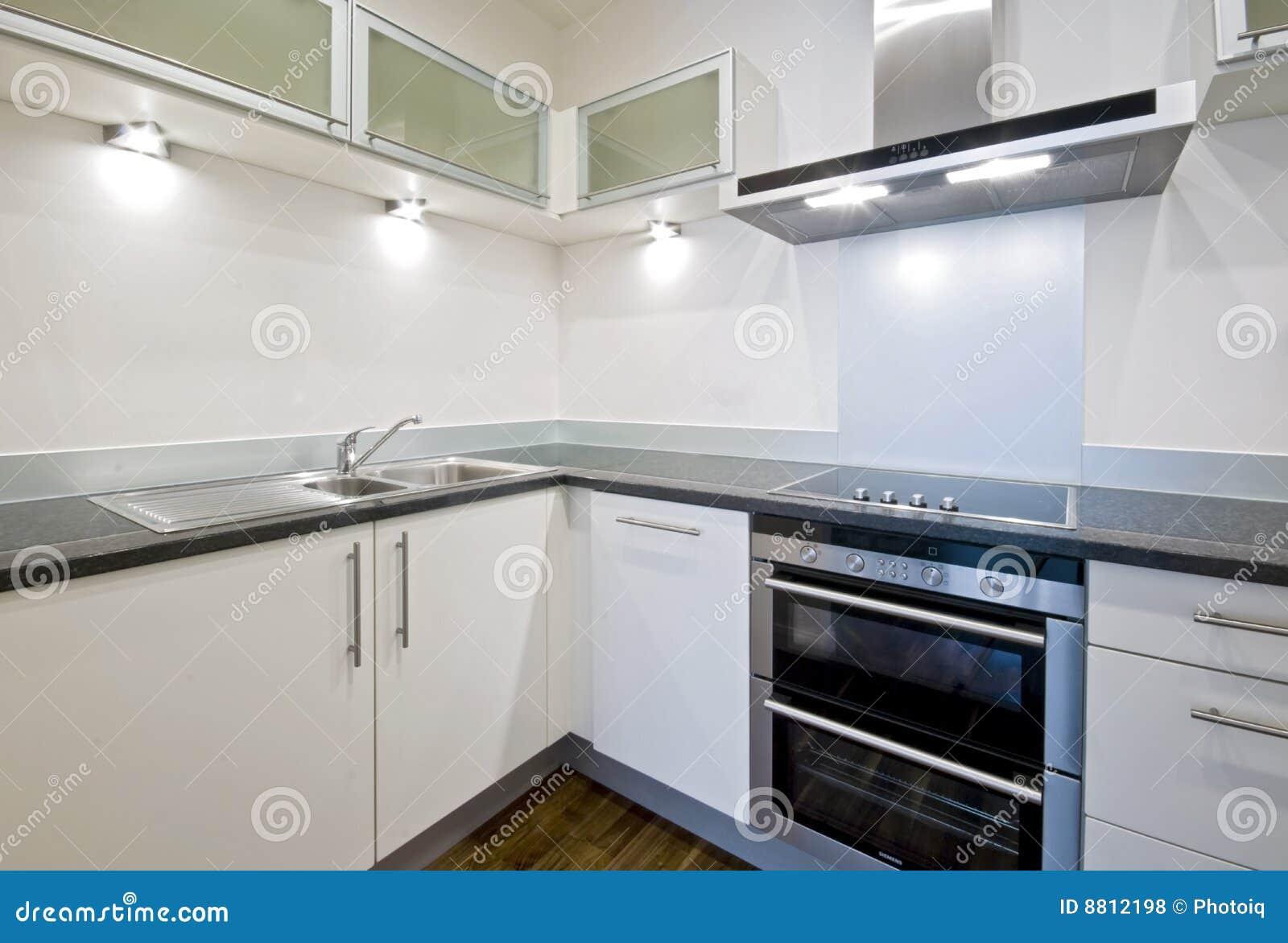 Moderne witte keuken royalty vrije stock foto's   afbeelding: 8812198