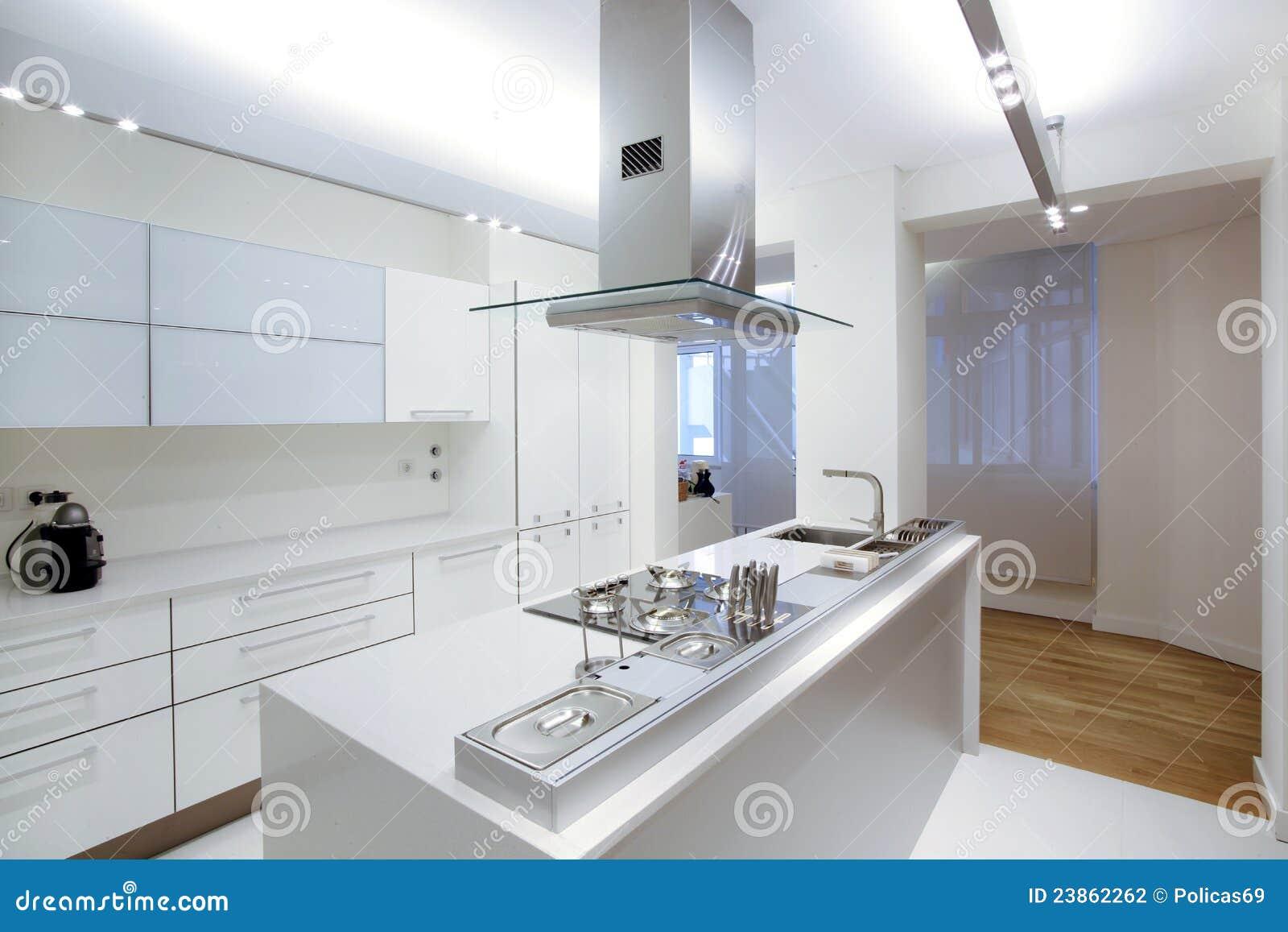 Moderne witte keuken met houten vloer stock foto afbeelding 23862262 - Witte keukens houten ...