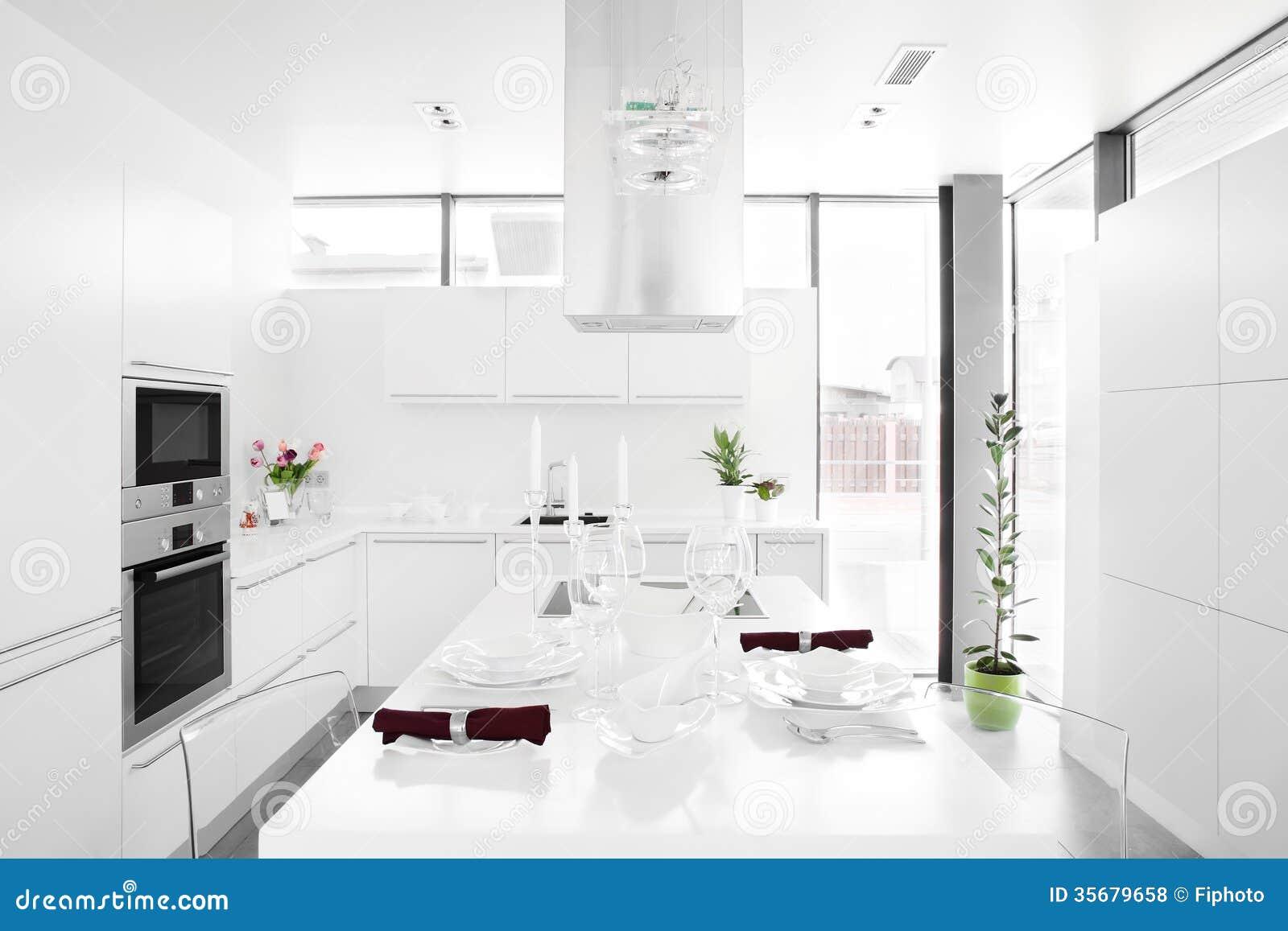 Moderne witte keuken met modieus meubilair royalty vrije stock ...