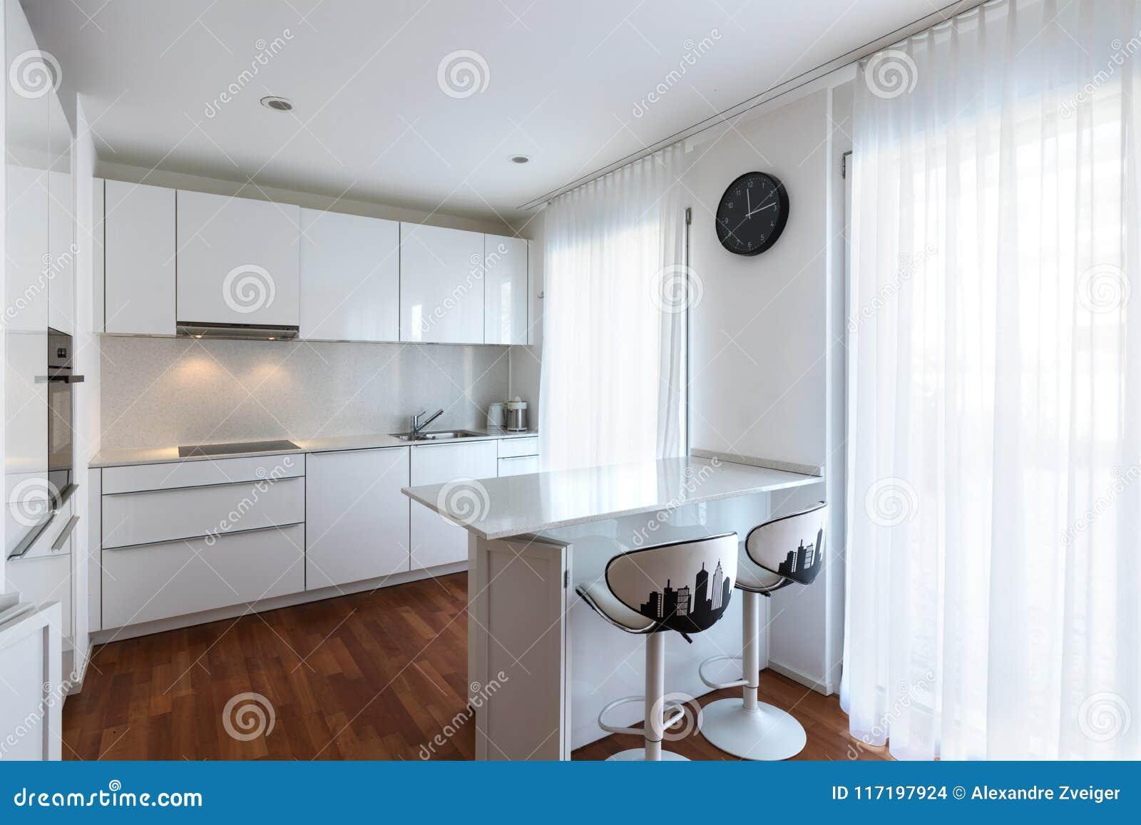 Modern Keuken Schiereiland : Moderne witte keuken met schiereiland stock foto afbeelding