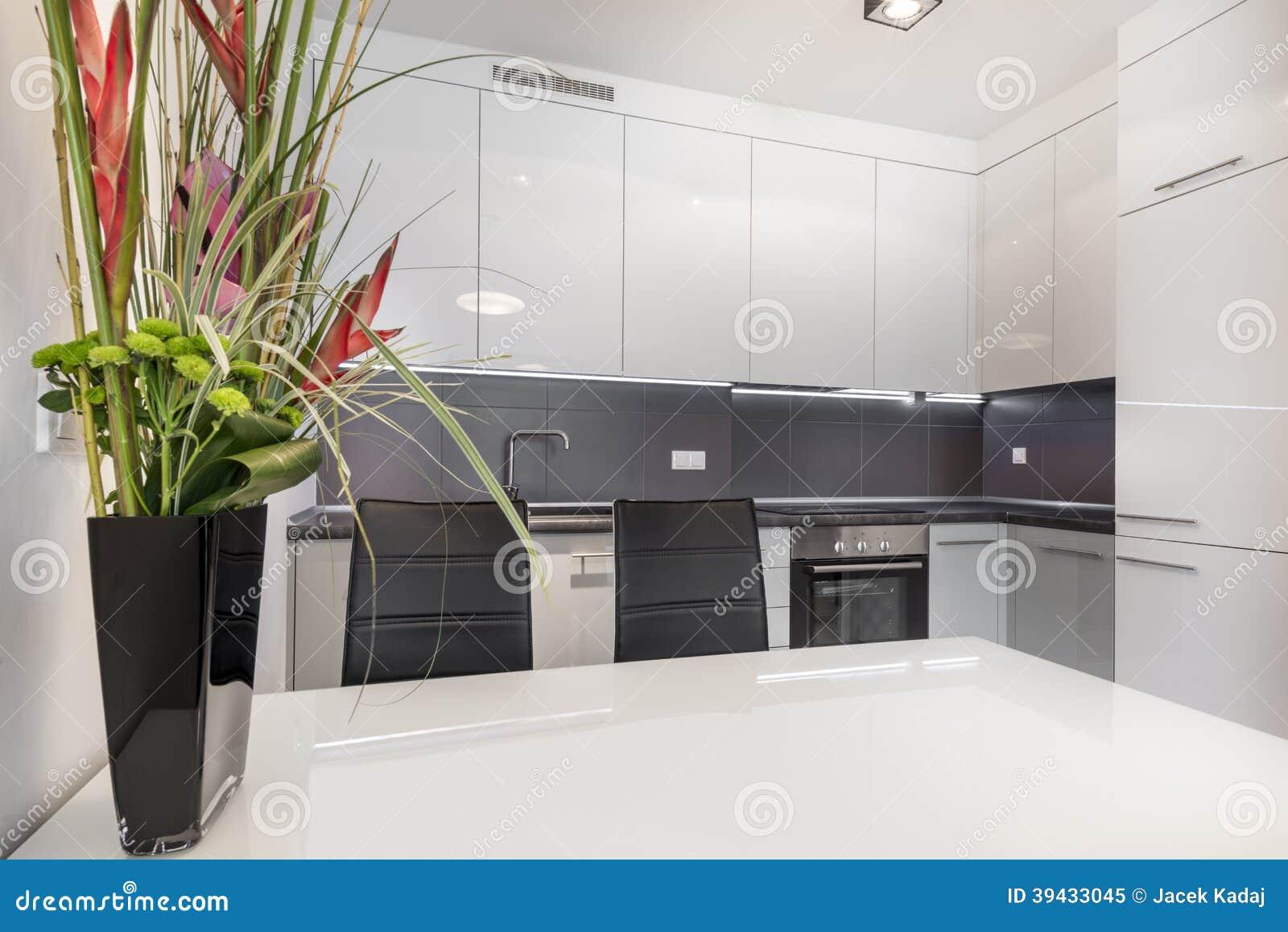 Moderne Witte Keuken Met Witte Lijst Stock Foto - Afbeelding: 39433045