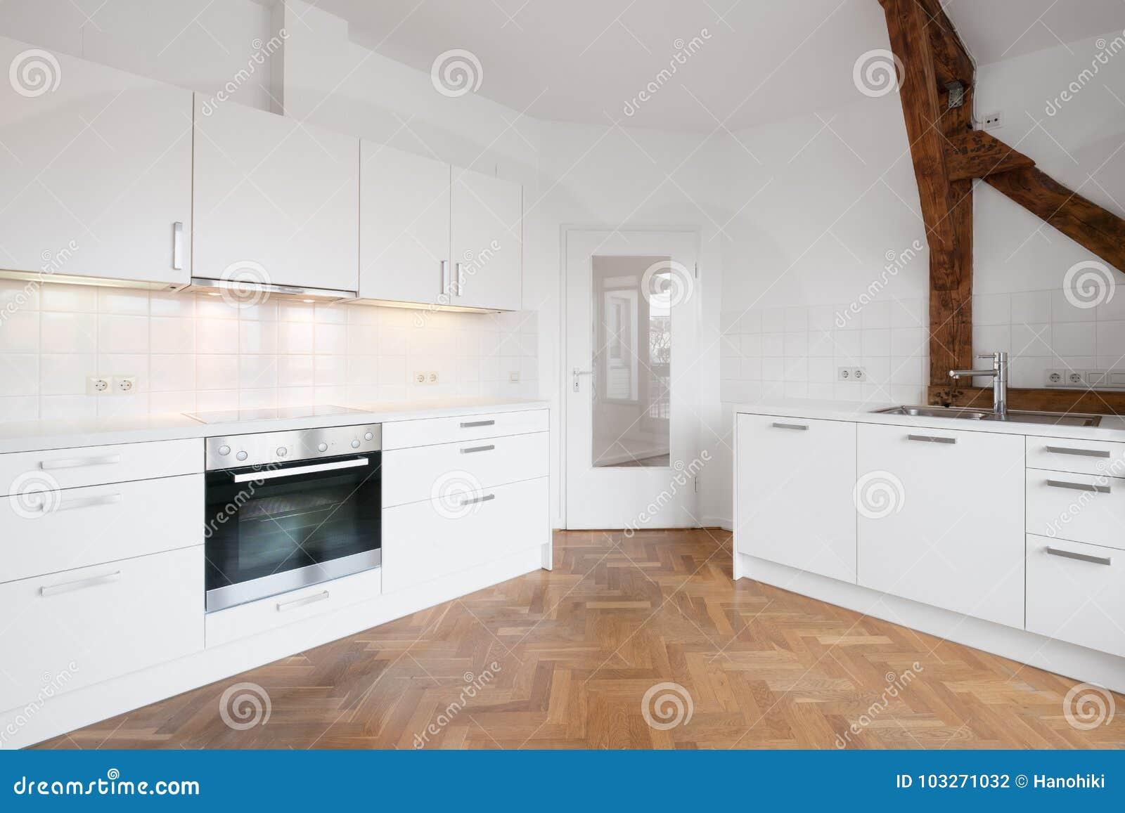 Moderne Houten Vloeren : Moderne keuken met houten vloer vers gerenoveerd plat u stockfoto