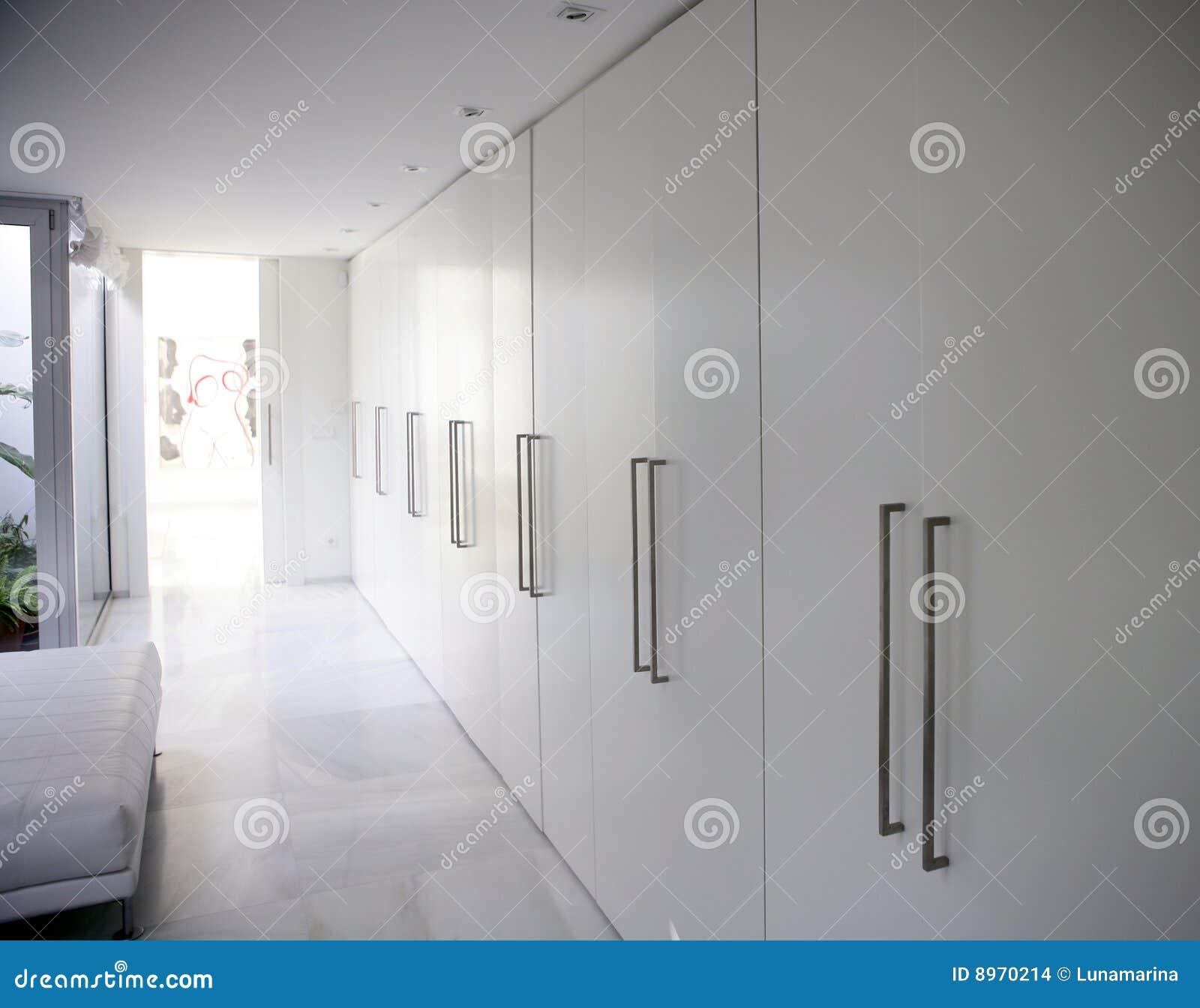 Moderne witte lange eigentijdse gangkast stock foto afbeelding 8970214 - Decoratie corridor ...