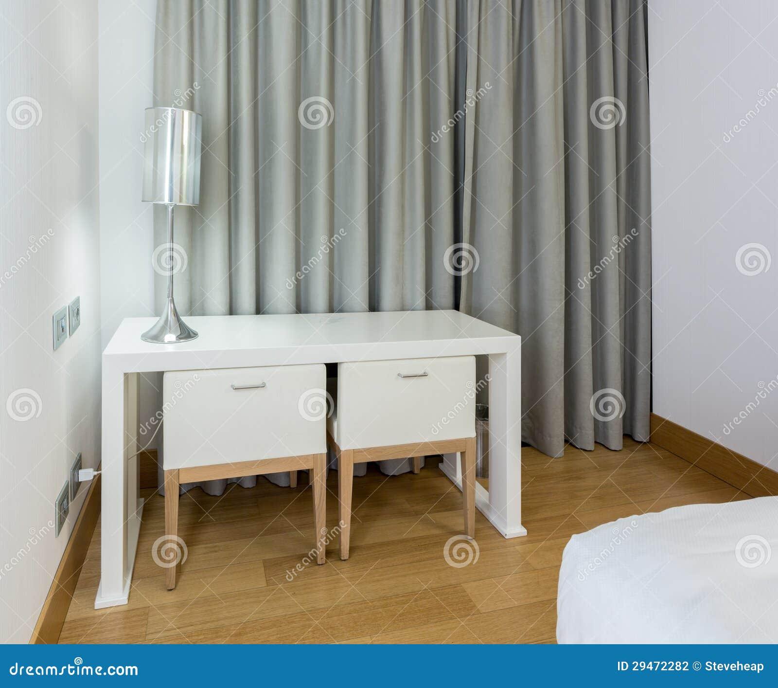 Moderne witte lijst en stoelen in slaapkamer stock fotografie ...