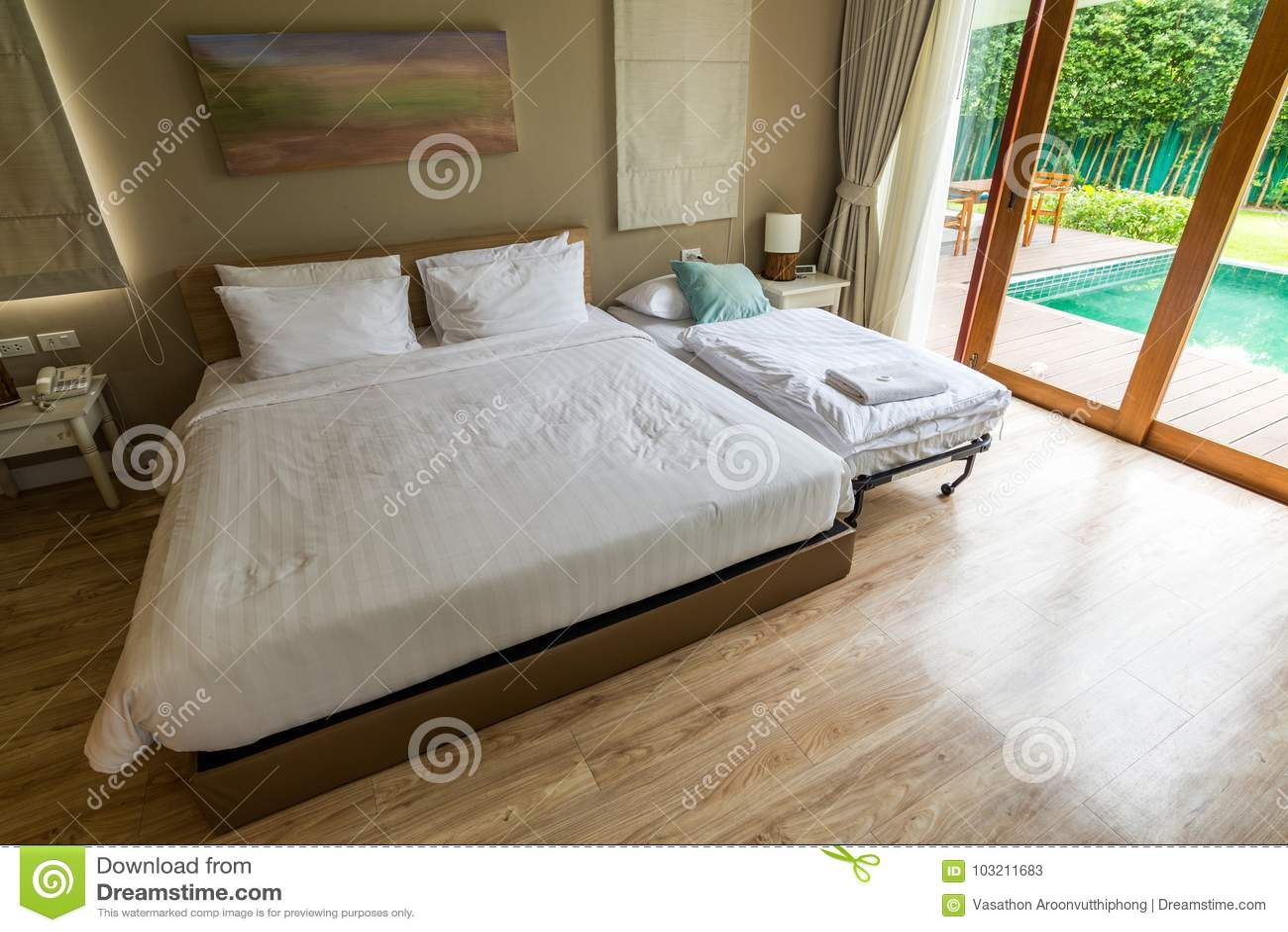 Houten Vloer Slaapkamer : Moderne witte slaapkamer op houten vloer stock afbeelding