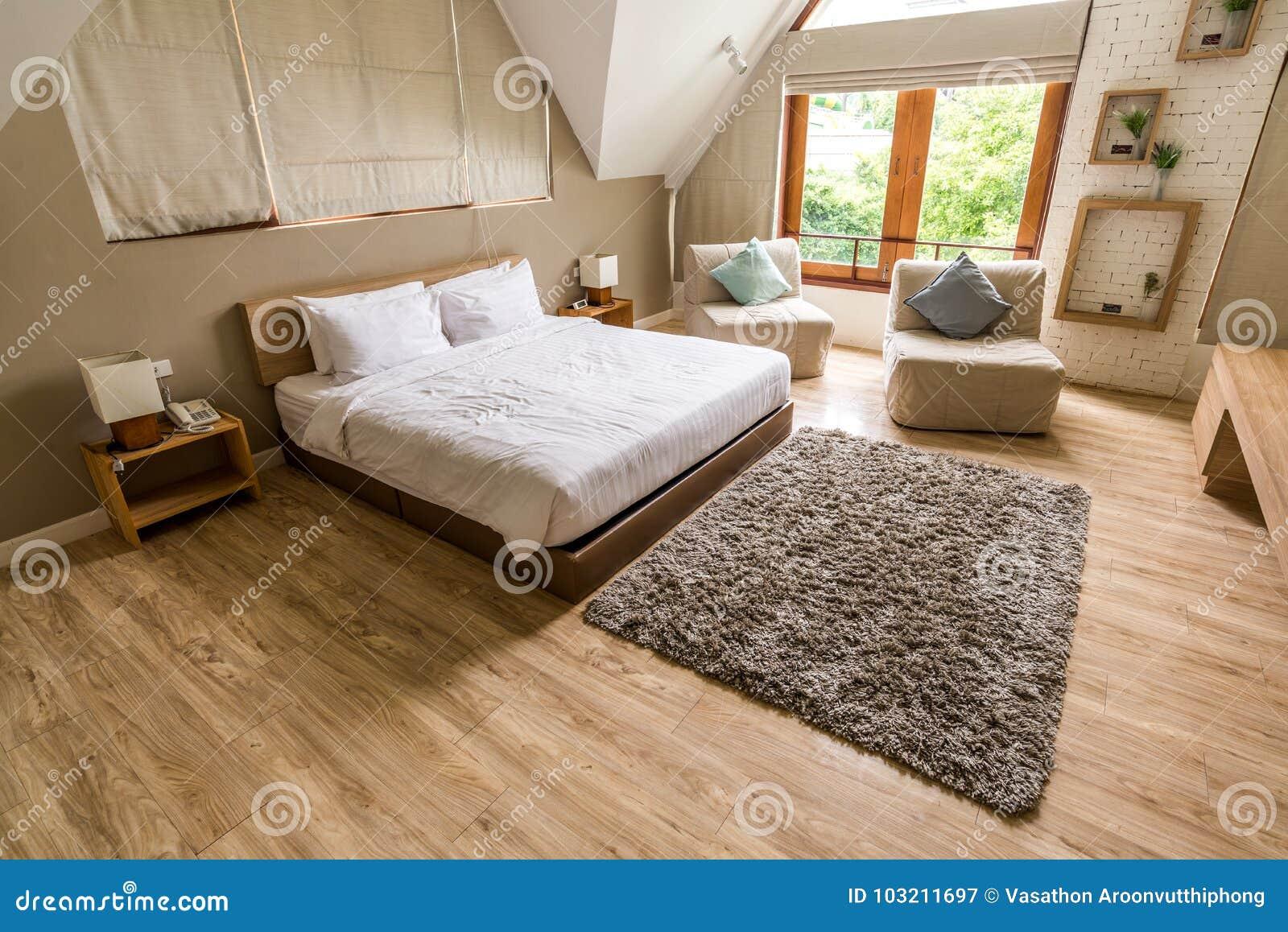Witte Houten Vloer Slaapkamer.Moderne Witte Slaapkamer Op Houten Vloer Stock Afbeelding