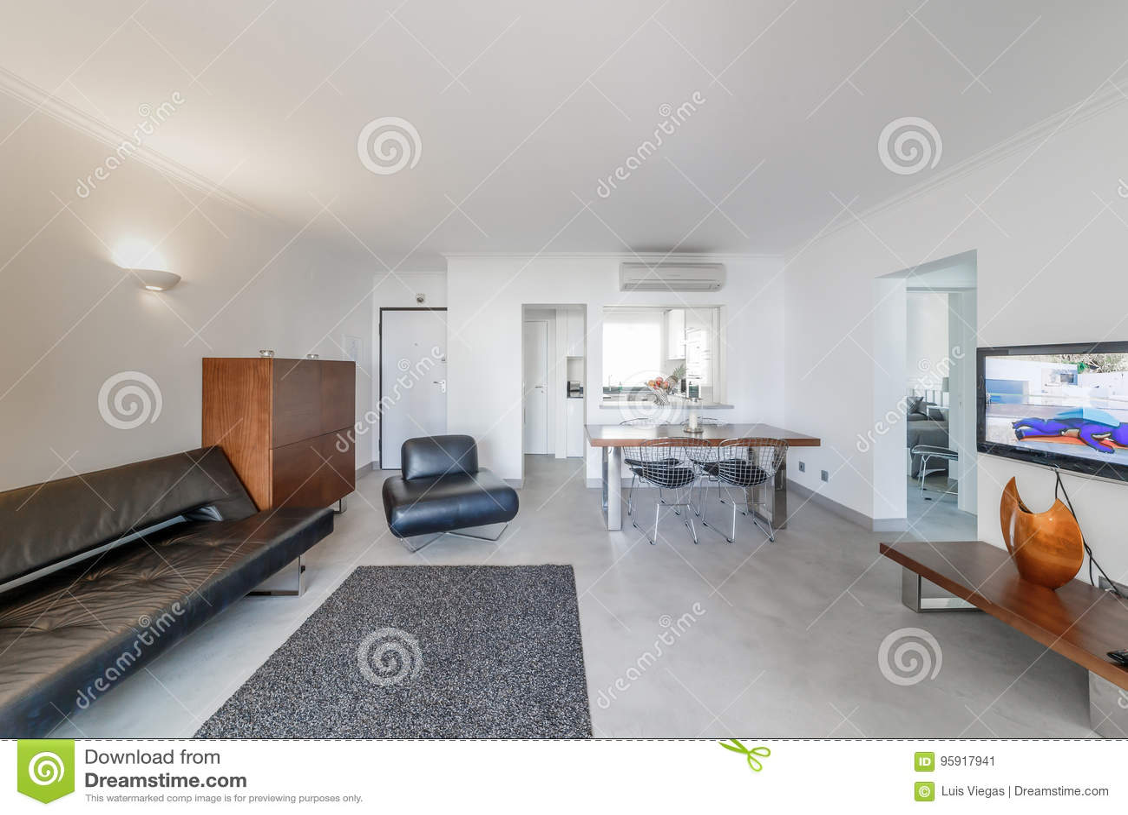 Moderne Wohnung Mit Weissen Wanden Und Hellgrauem Boden Stockbild
