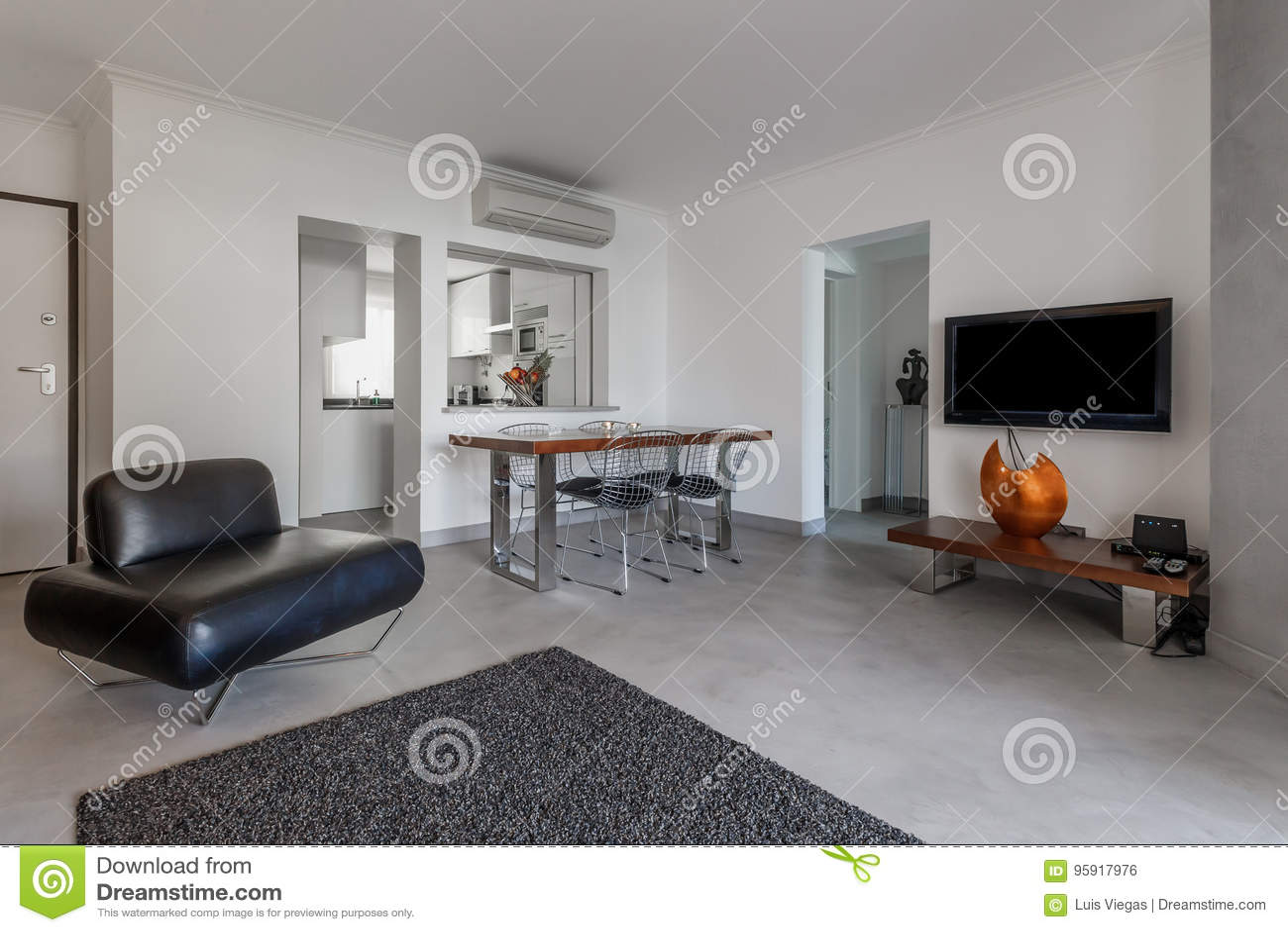 Moderne Wohnung Mit Weissen Wanden Und Hellgrauem Boden Stockfoto