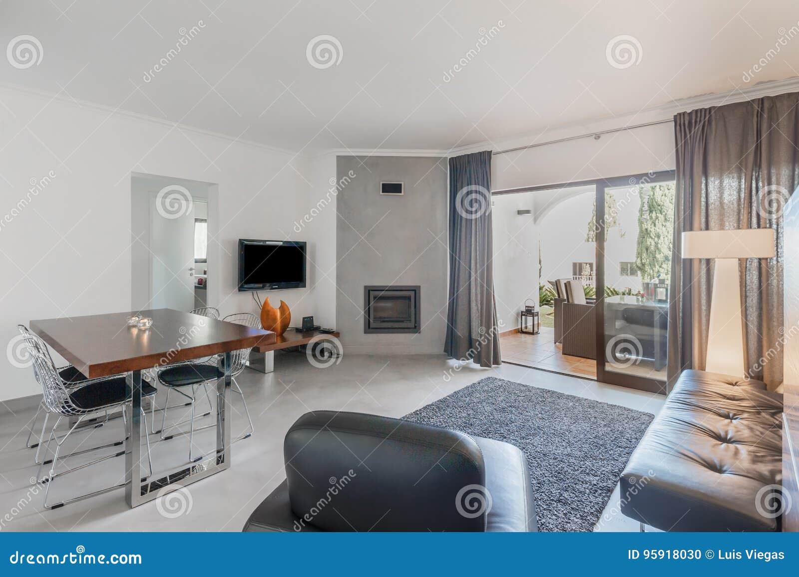 Fußboden Wohnung English ~ Moderne wohnung mit weißen wänden und hellgrauem boden stockfoto