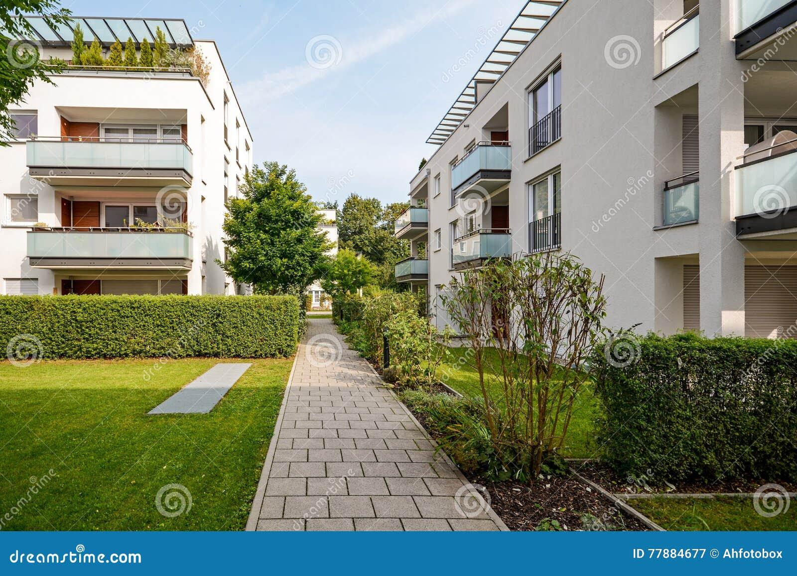 Moderne woningbouw, flats in een nieuwe stedelijke huisvesting