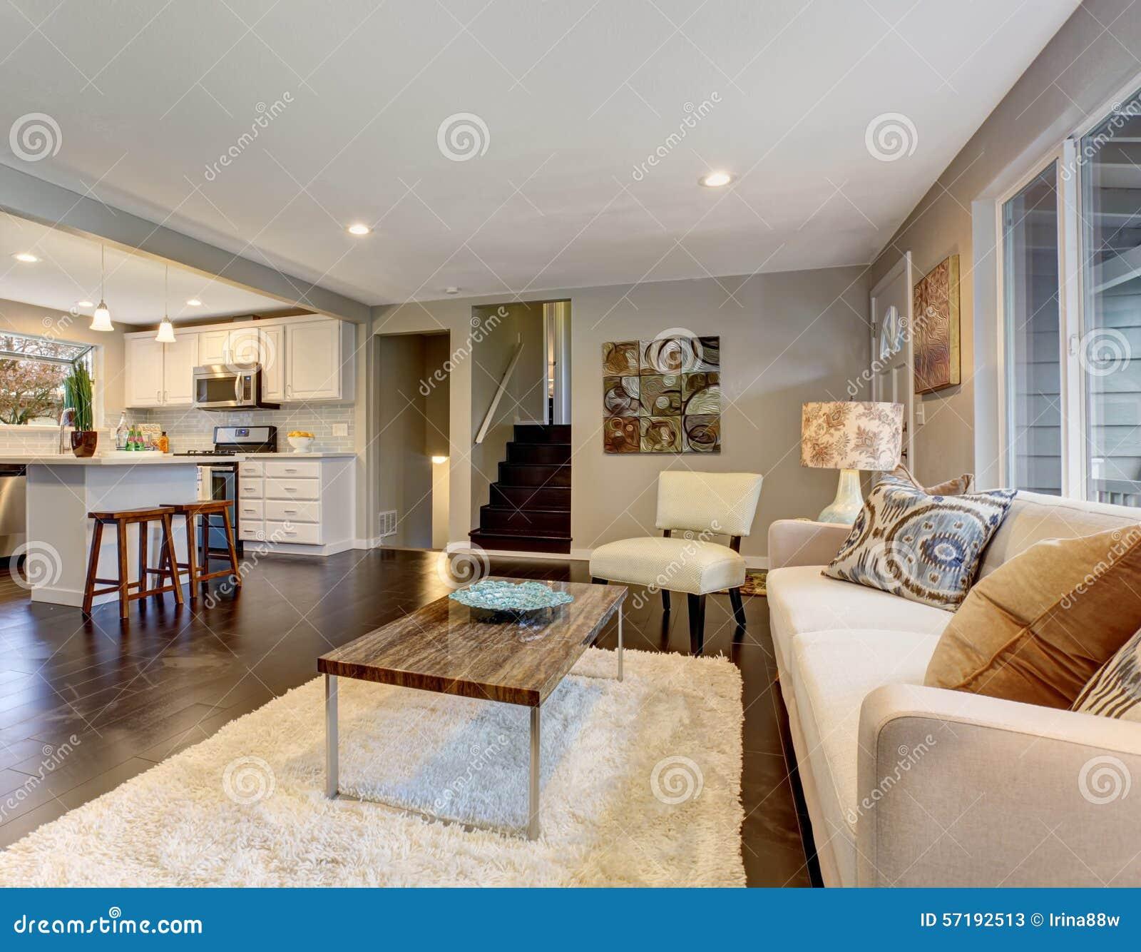 Moderne woonkamer met donkere hardhoutvloer stock foto ...
