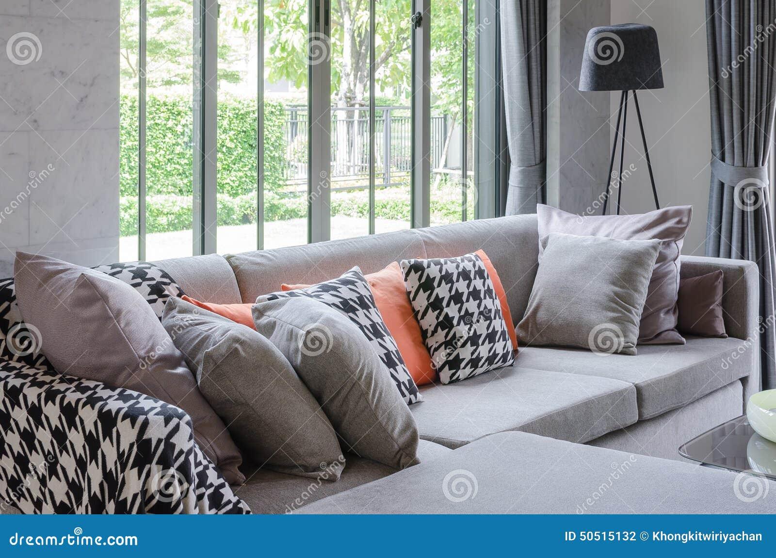 Moderne woonkamer met grijze bank en hoofdkussens stock for Grijze woonkamer