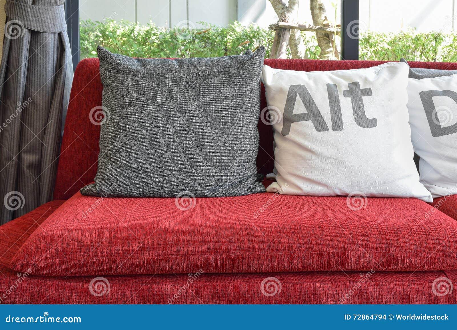 Decoratie Woonkamer Rood : Moderne woonkamer met hoofdkussens op de rode bank en het decor