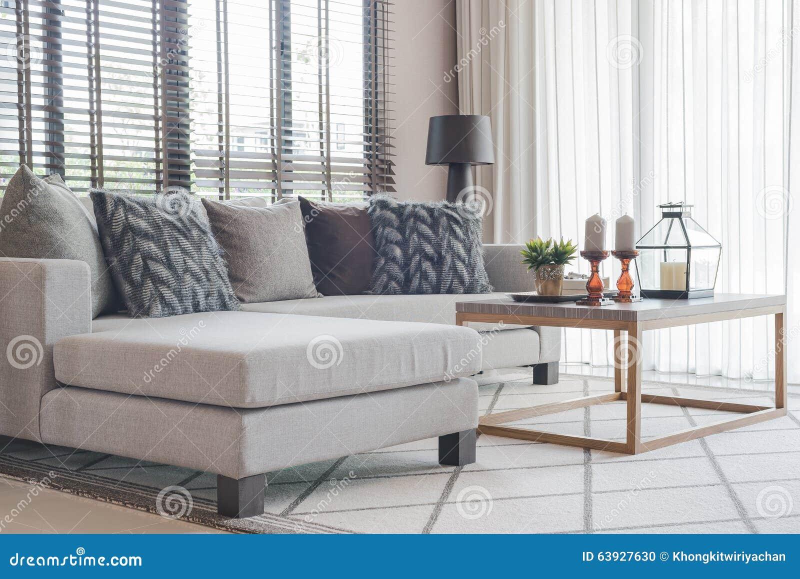 Moderne woonkamer met moderne grijze bank en houten lijst stock foto afbeelding 63927630 - Moderne eetkamer en woonkamer ...