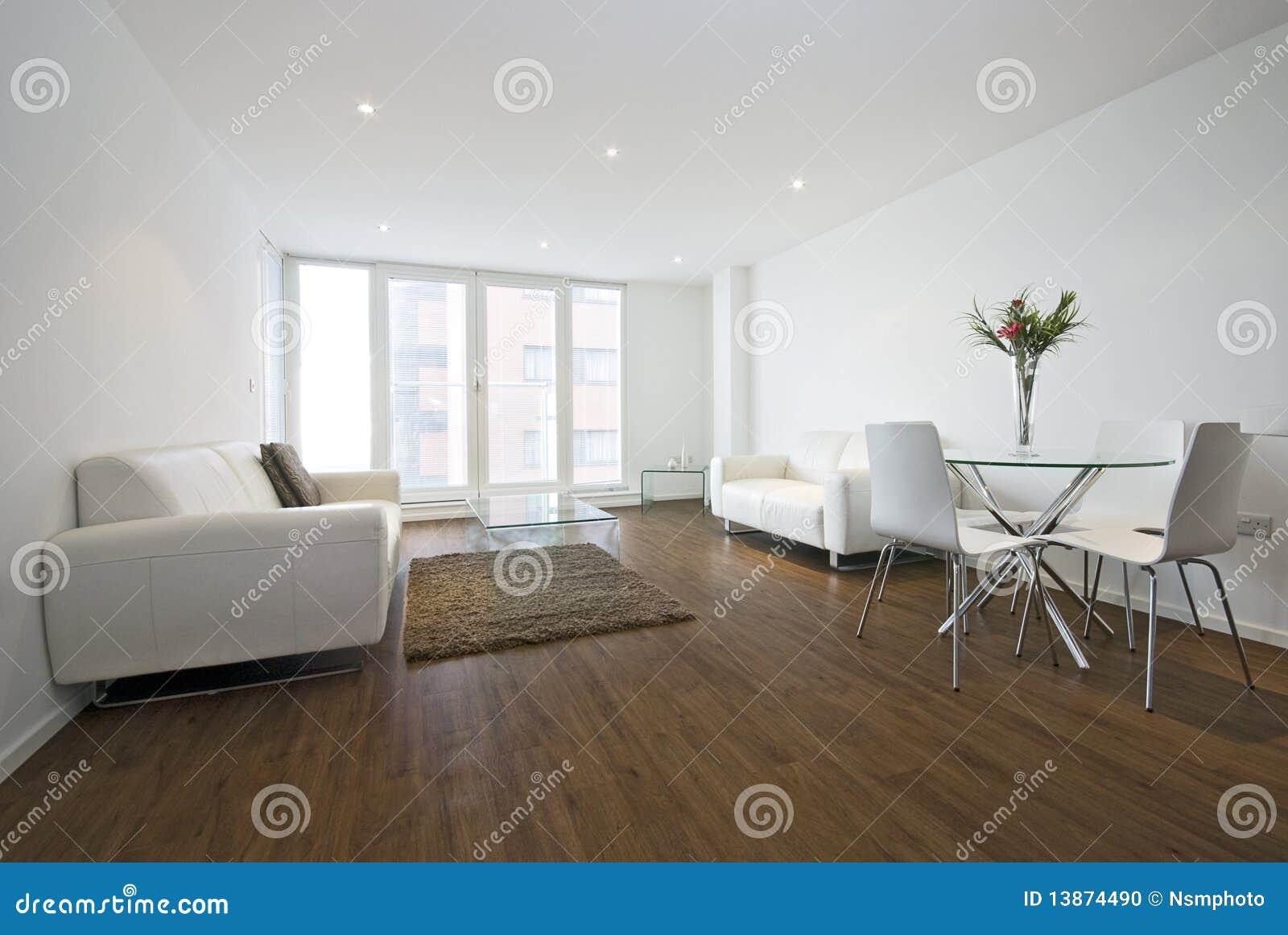 Moderne Woonkamer Met Witte Leerbanken Stock Foto - Afbeelding ...