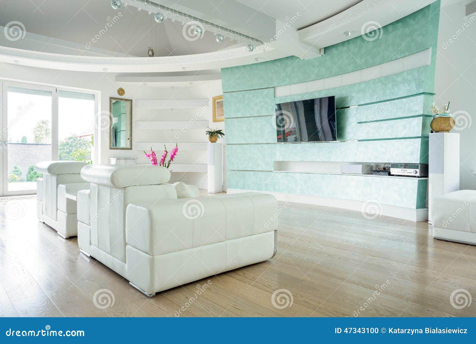 Moderne zitkamer met zalm gekleurde muur stock foto   afbeelding ...