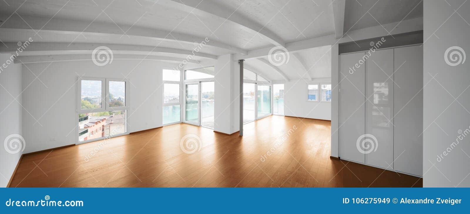 Moderne zolder, lege woonkamer
