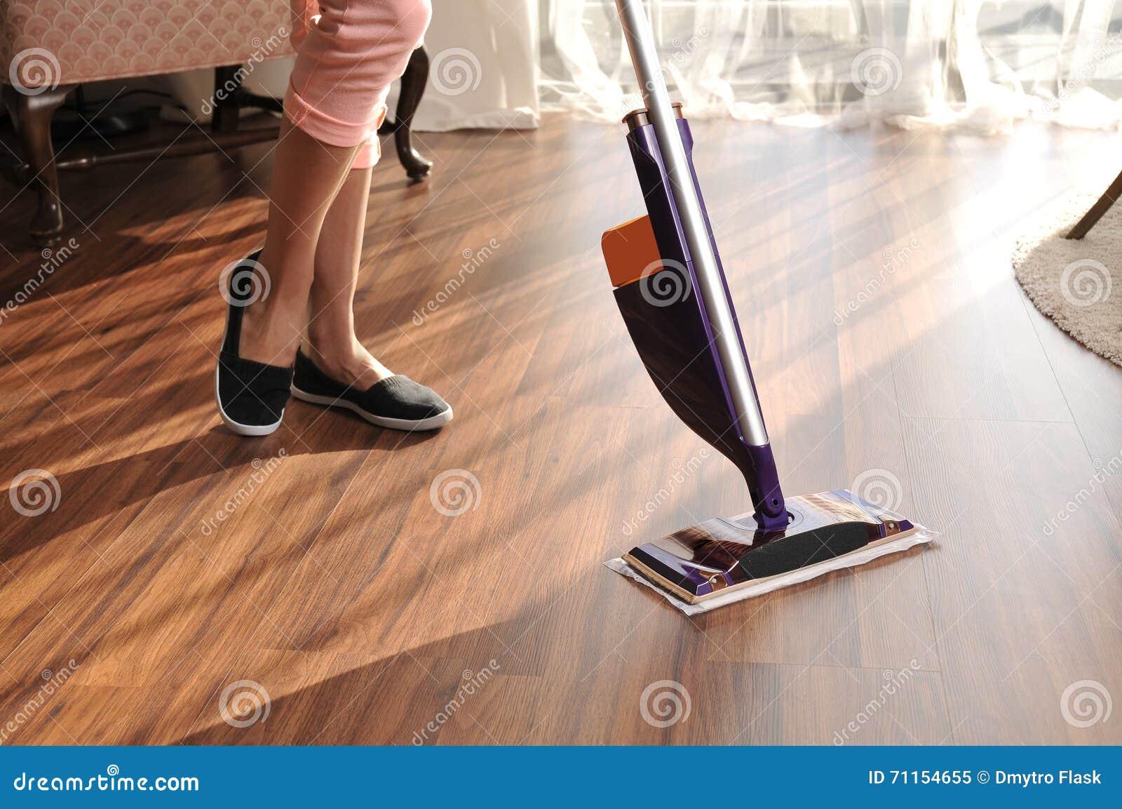 Moderne zwabber voor het schoonmaken van houten vloer van stof