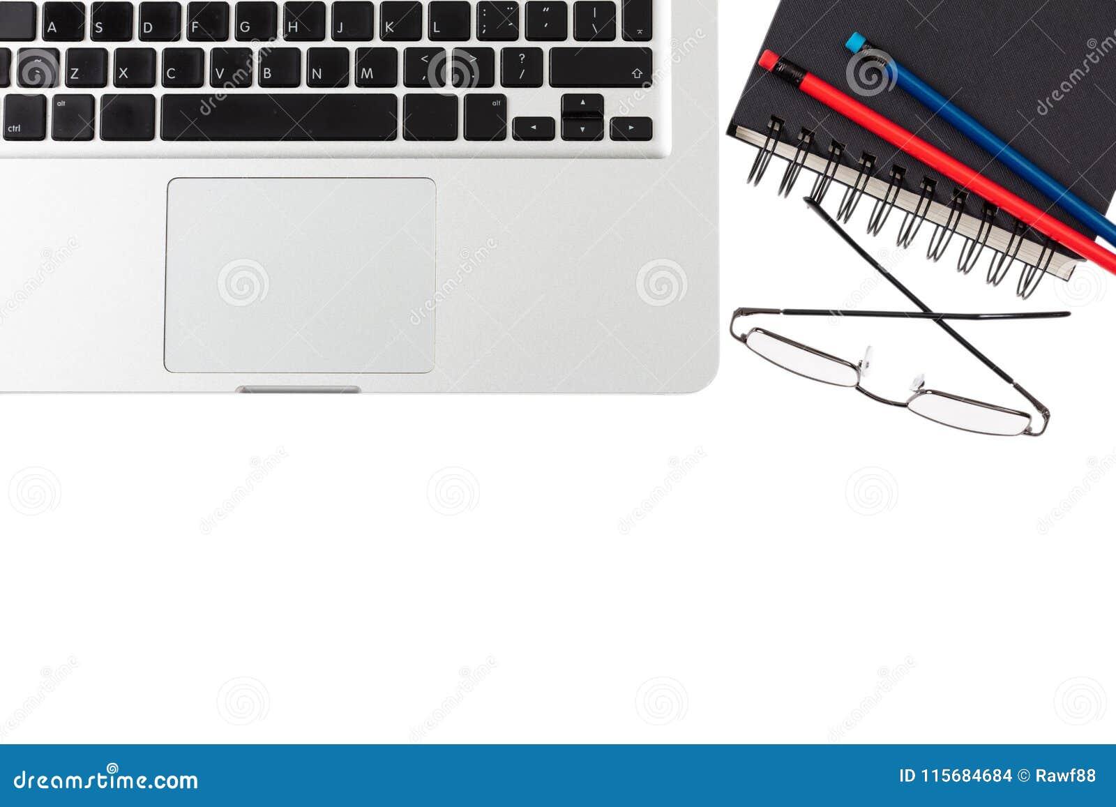 Moderner Arbeitsplatz, Laptop und schwarzer Notizblock auf weißem Hintergrund, Kopienraum, Draufsicht