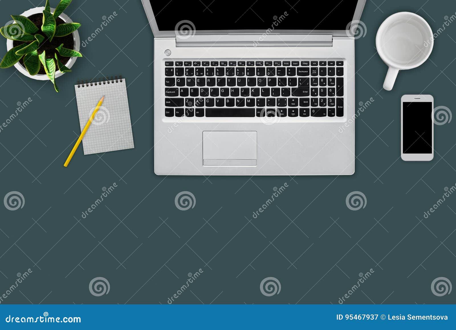 Moderner Arbeitsplatz Mit Digitalrechner, Handy, Becher, Leeres ...
