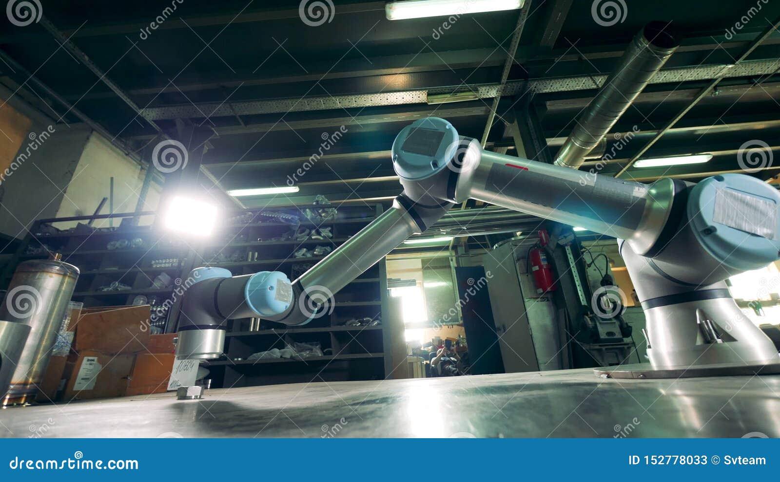 Moderner Arm funktioniert mit einem Gang auf einer Tabelle stock footage