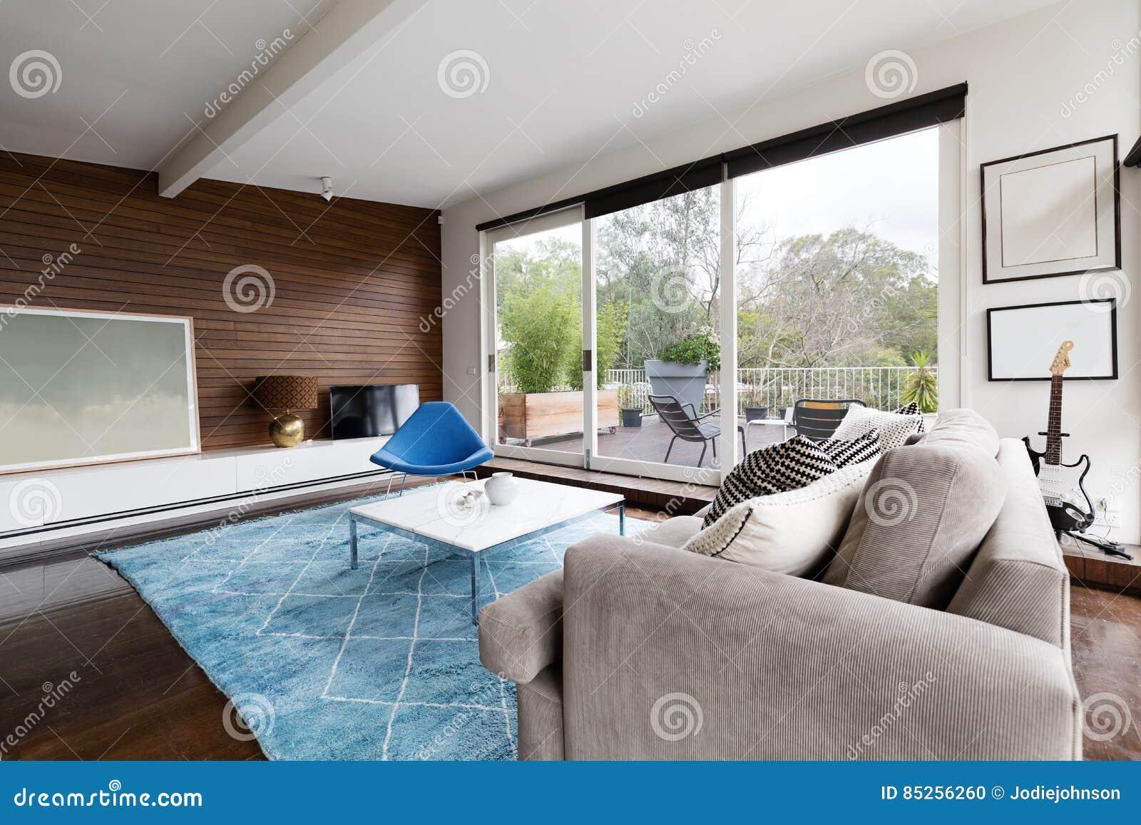 Moderner Aufenthaltsraum der kühlen Mitte des Jahrhunderts mit Aussicht zur Terrasse
