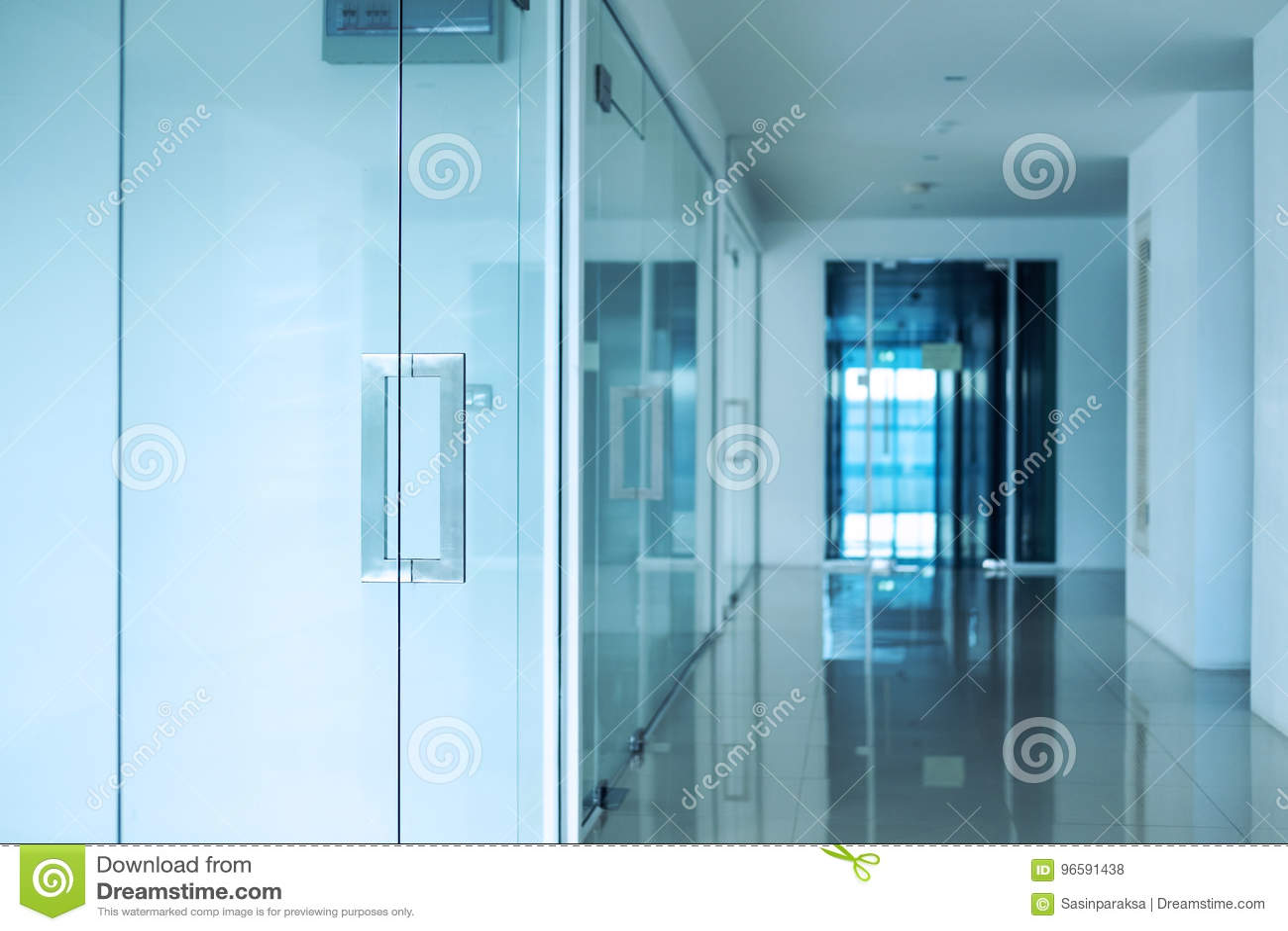 Moderner Büroinnenraum, Blau Tonte, Selektiver Fokus Auf Türknauf ...